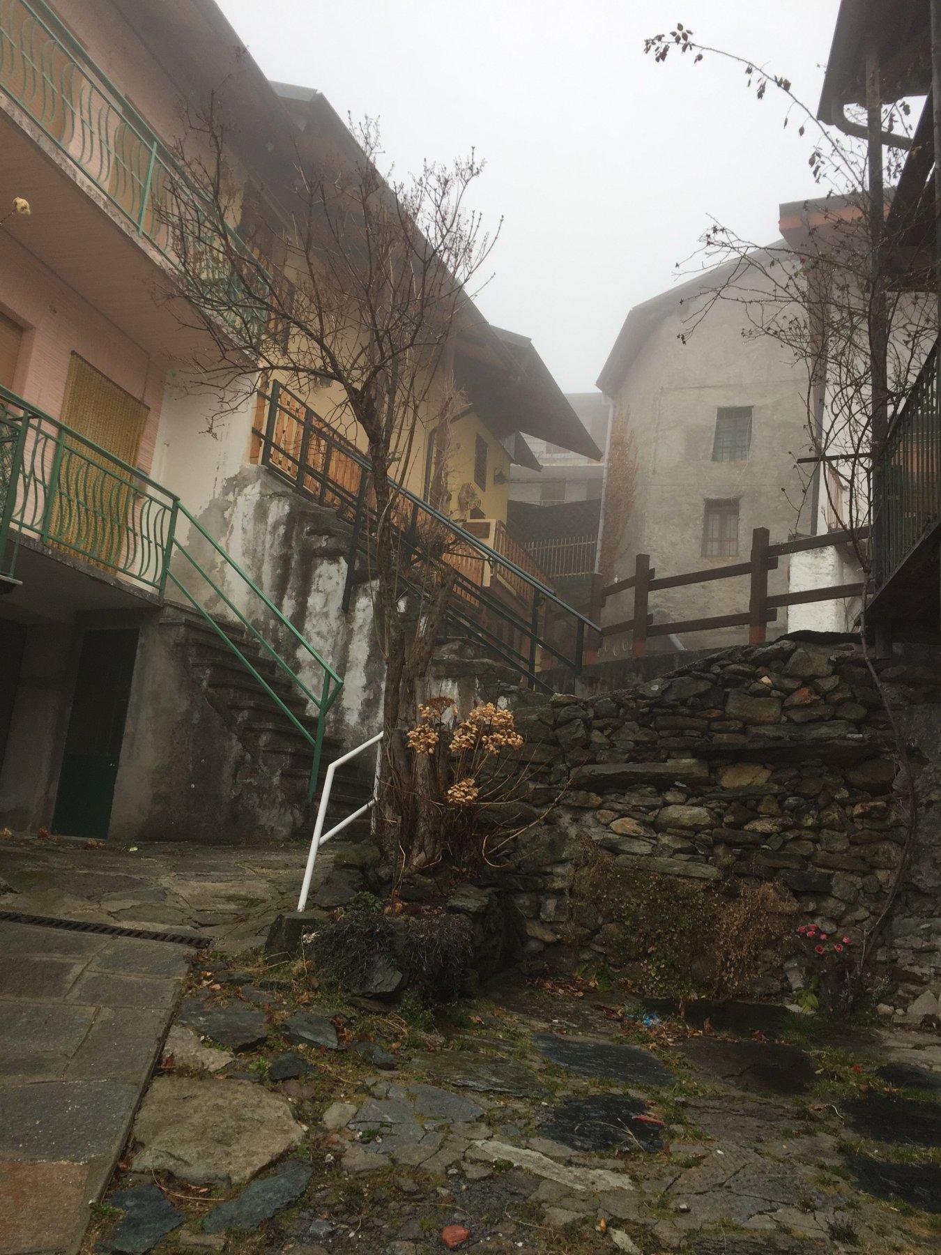 Passaggi fra le case del centro di Favella
