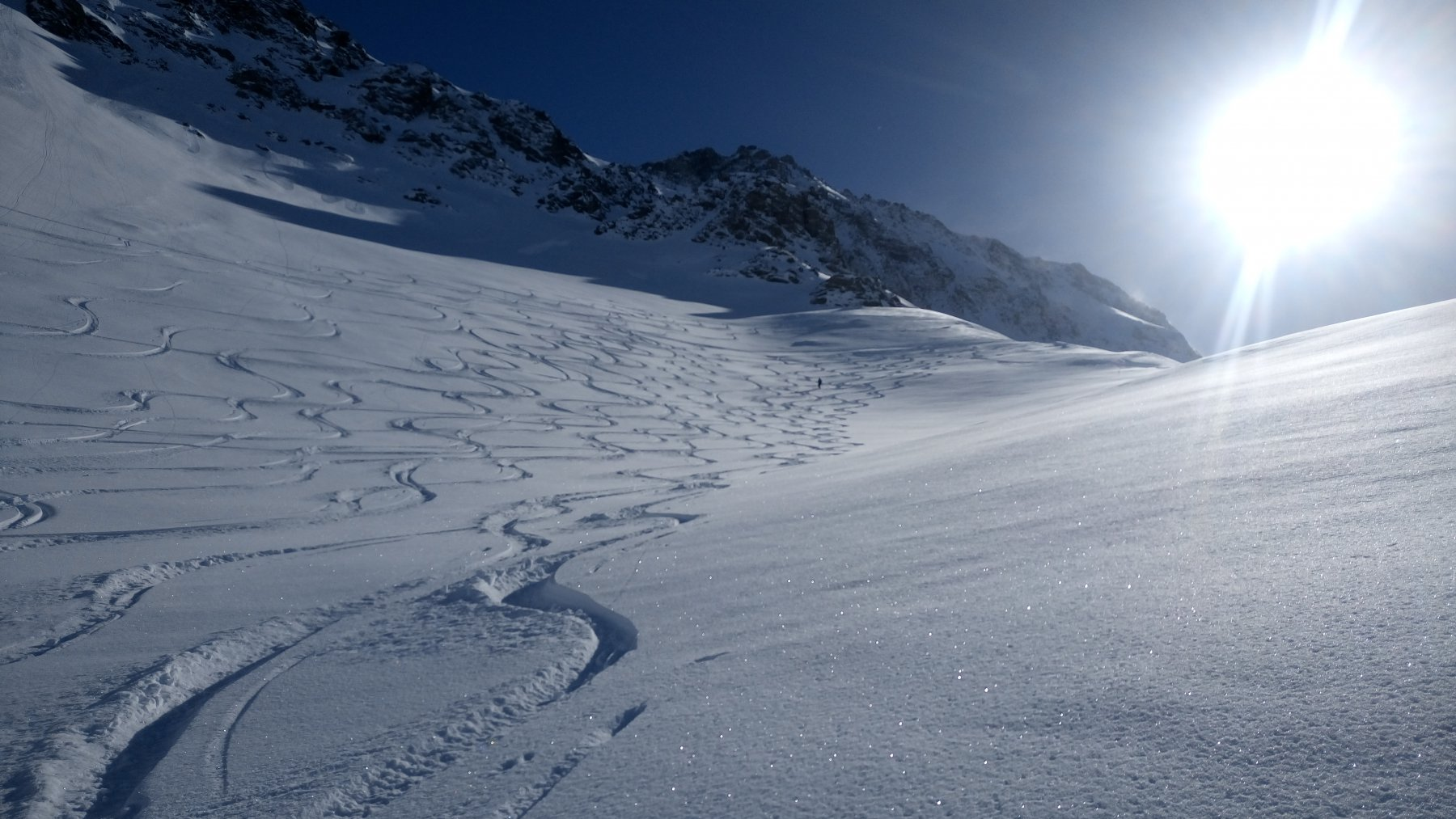Le belle serpentine sul pendio con la neve più bella