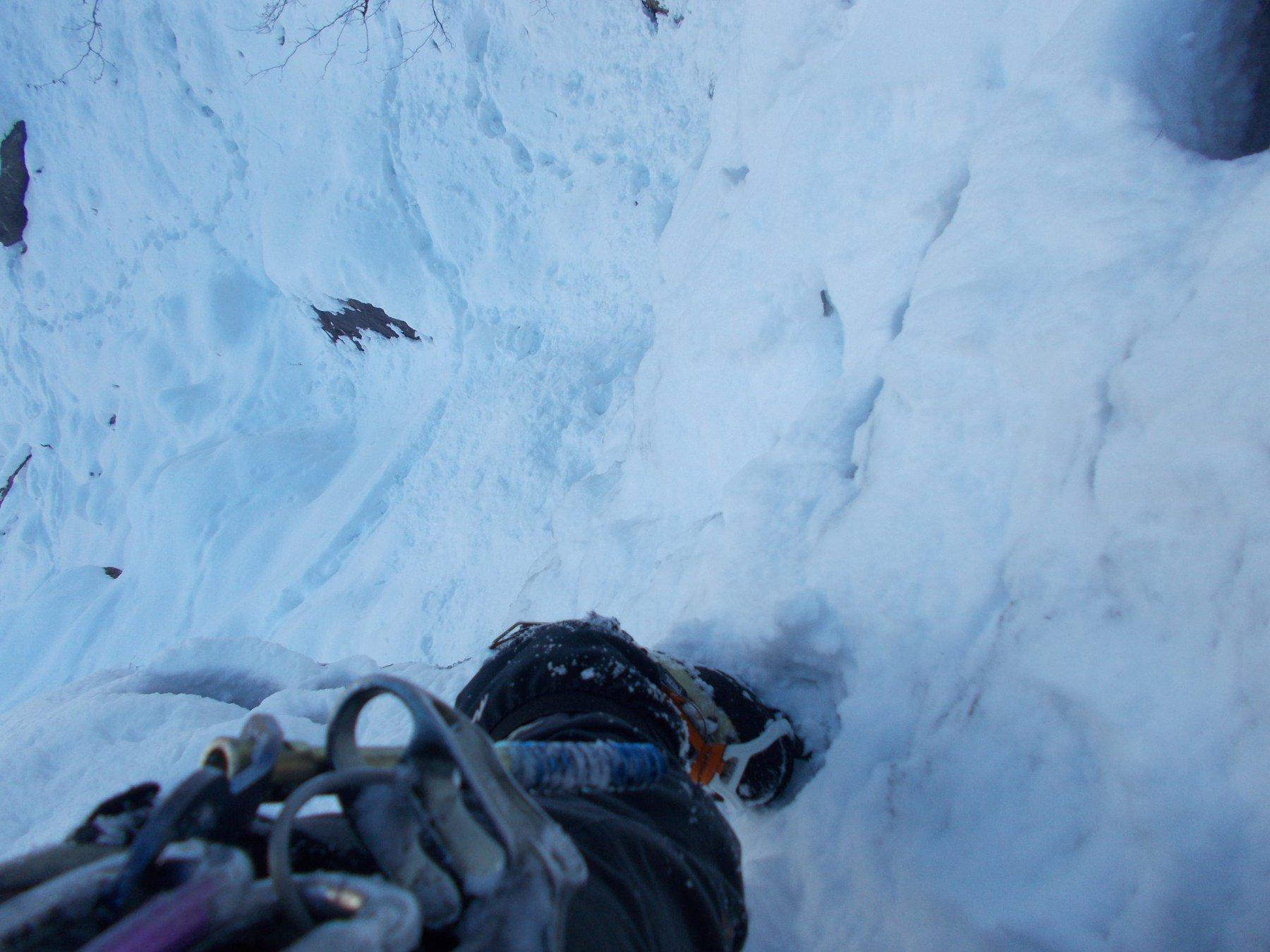 primo salto..alla ricerca di appoggi solidi..sotto la neve..