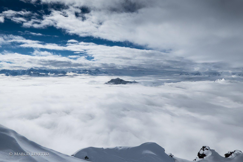 Lo Zerbion emerge dal mare di nubi