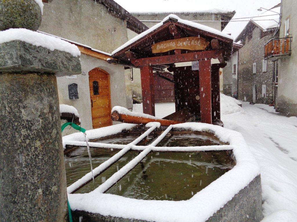 fitta nevicata; 2 fontane funzionanti a Chateau