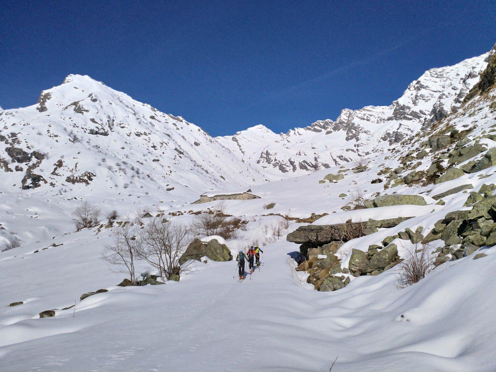 Ben visibile la cima, il c. degli orti e l'itinerario di salita con la rampa che adduce al vallone superiore.