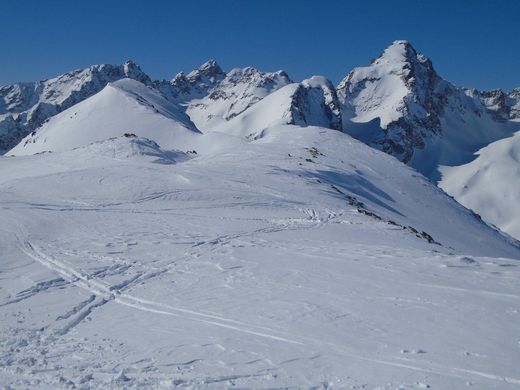 Dalla vetta scialpinistica: poco avanti sulla sx la vetta vera