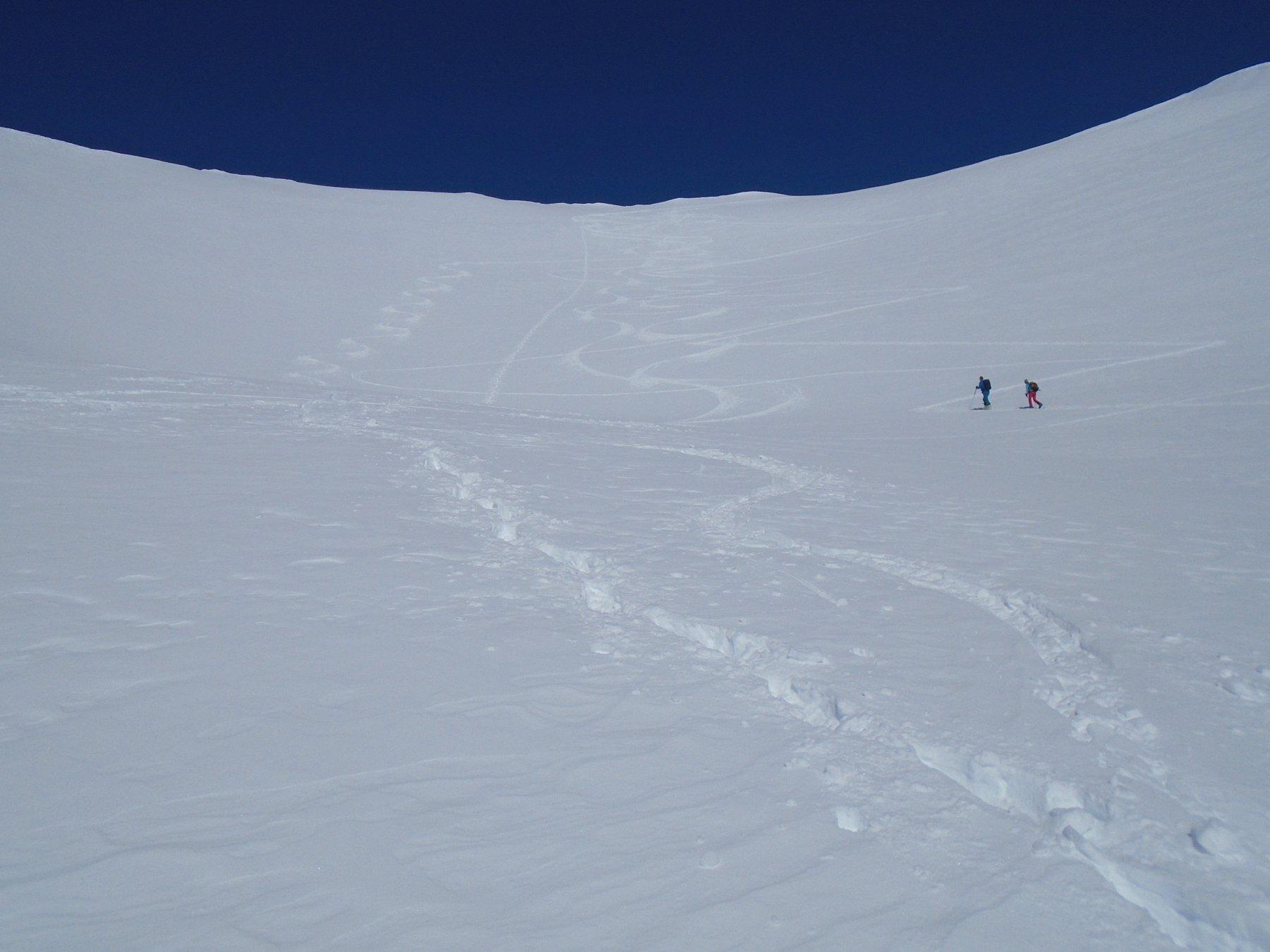 Discesa nella conca: bella neve a sx