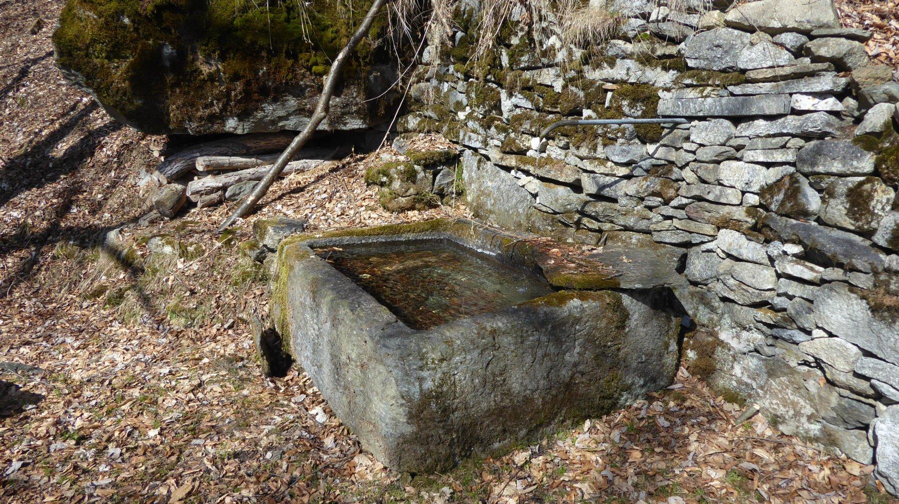 Bella e grande vasca in pietra a Betassa
