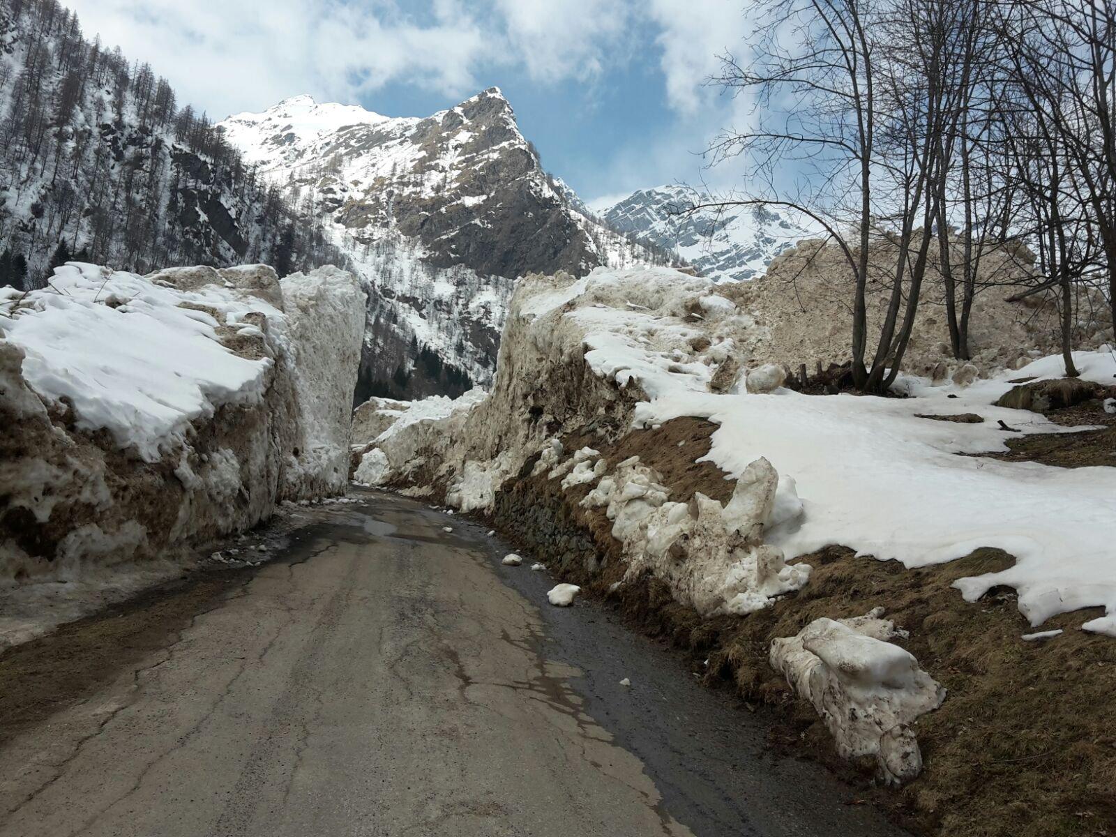 nuovamente aperto il varco nella valanga prima del paese dopo l'ultima nevicata
