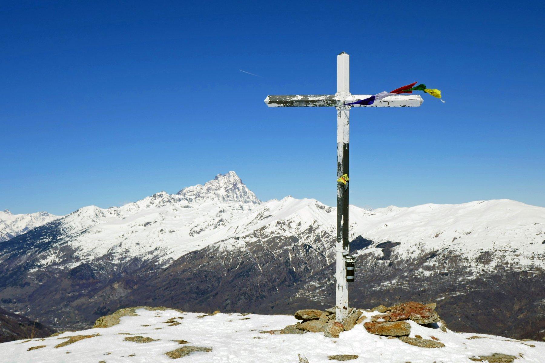 Croce di vetta e Monviso sullo sfondo