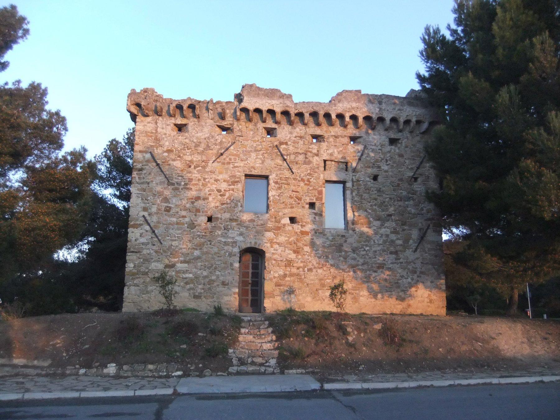 Torre Gallinara , sopra Cipressa