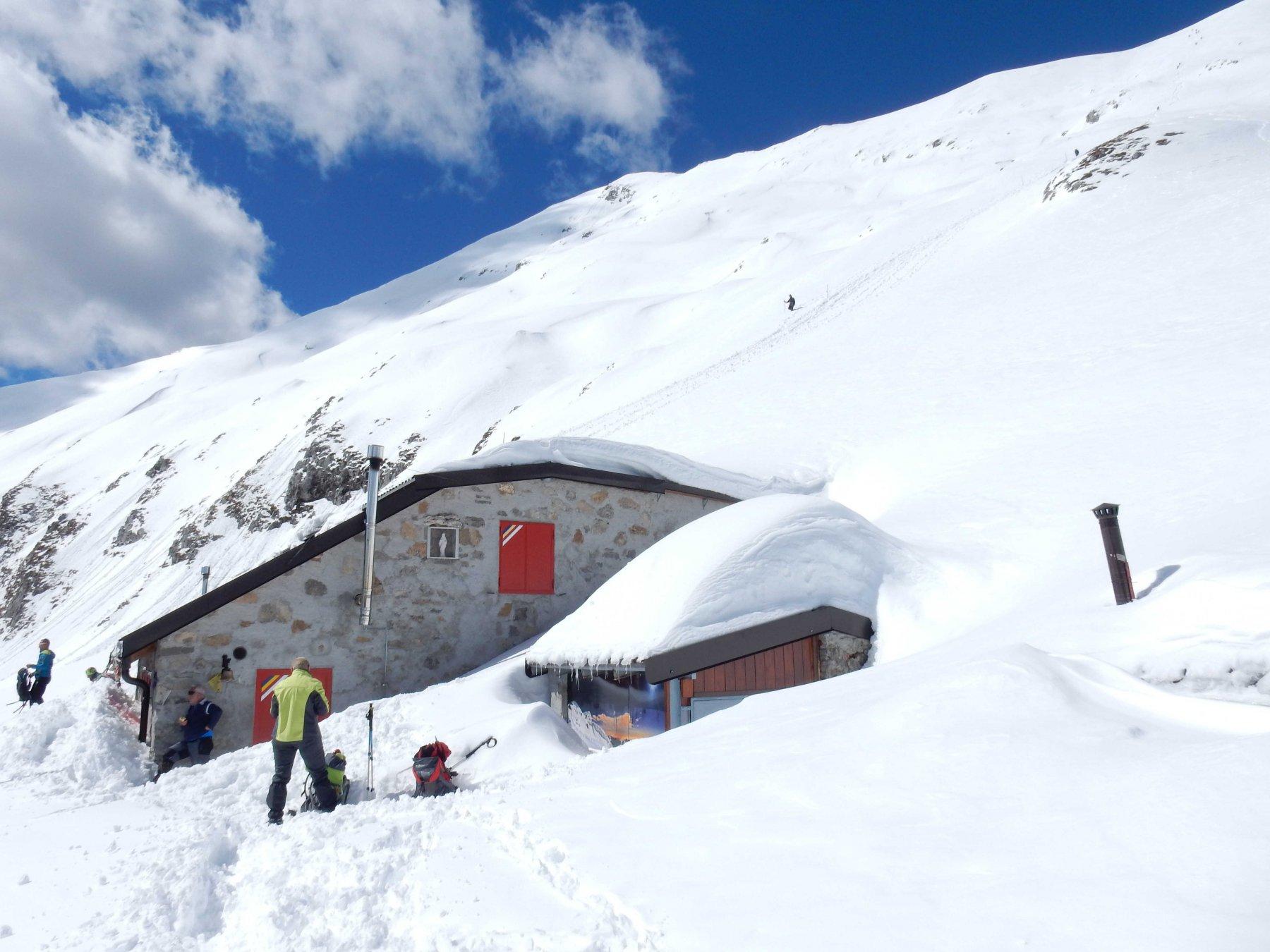 Piccola sosta al Biv. Riva-Girani 1850mt., quasi sommerso dalla neve.