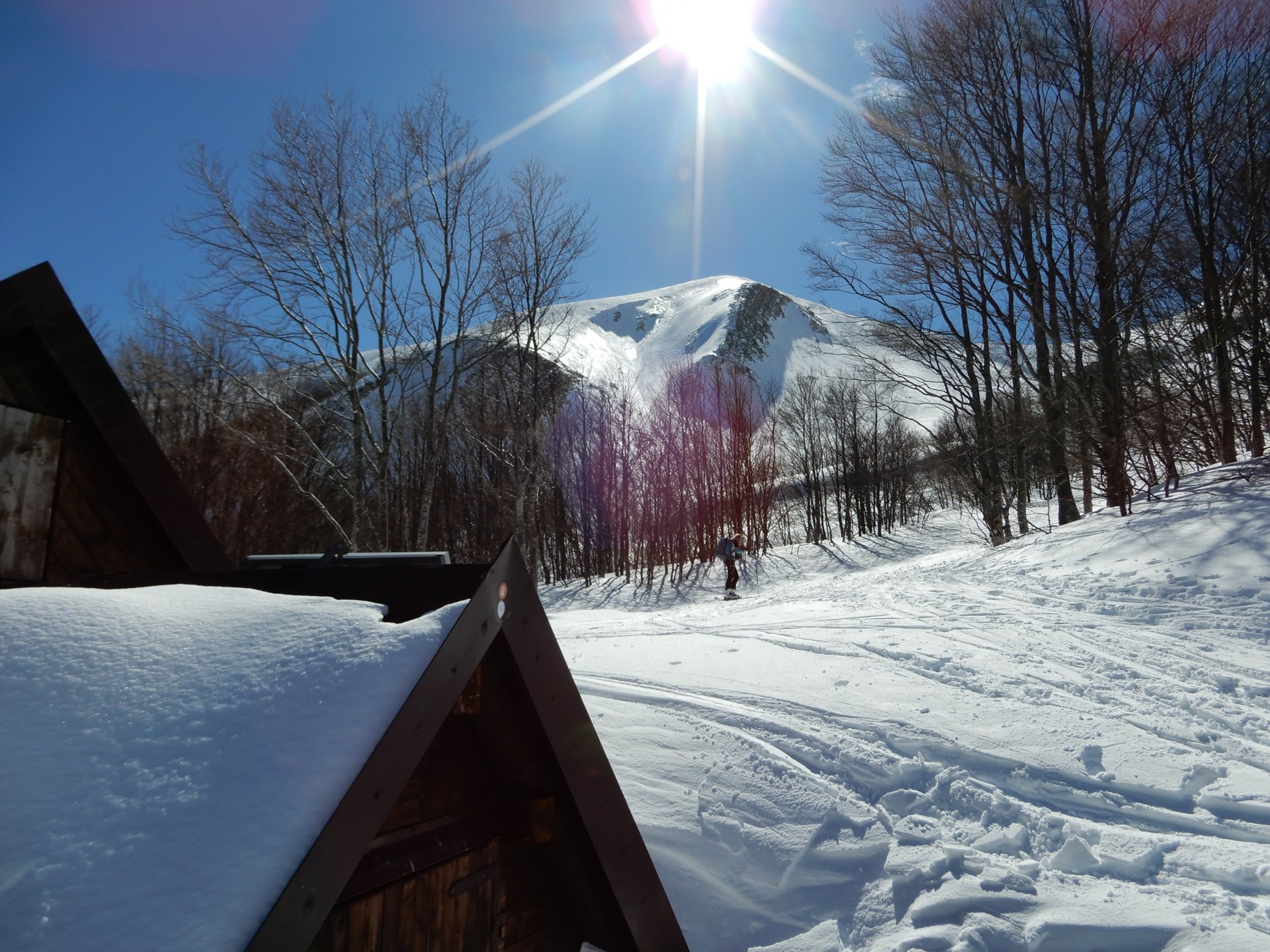 Il rifugio sommerso dalla neve