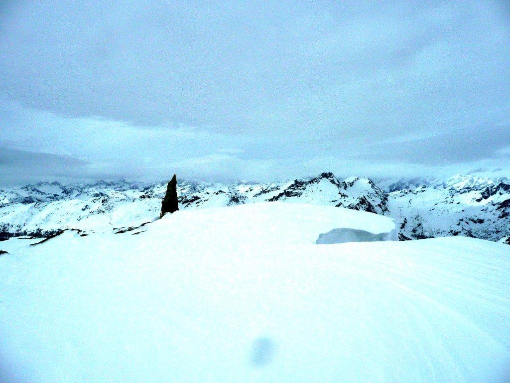 Arrivo in cima. Verso il Rosa comincia a guastarsi e giunge qualche fiocco di neve anche qui.