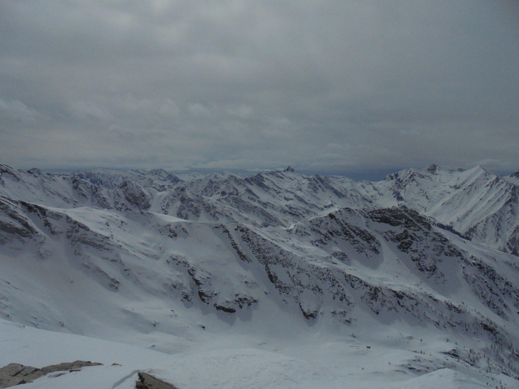 Dalla cima vista sulle montagne che separano la Val Germanasca dalla Francia e dalla Val Pellice