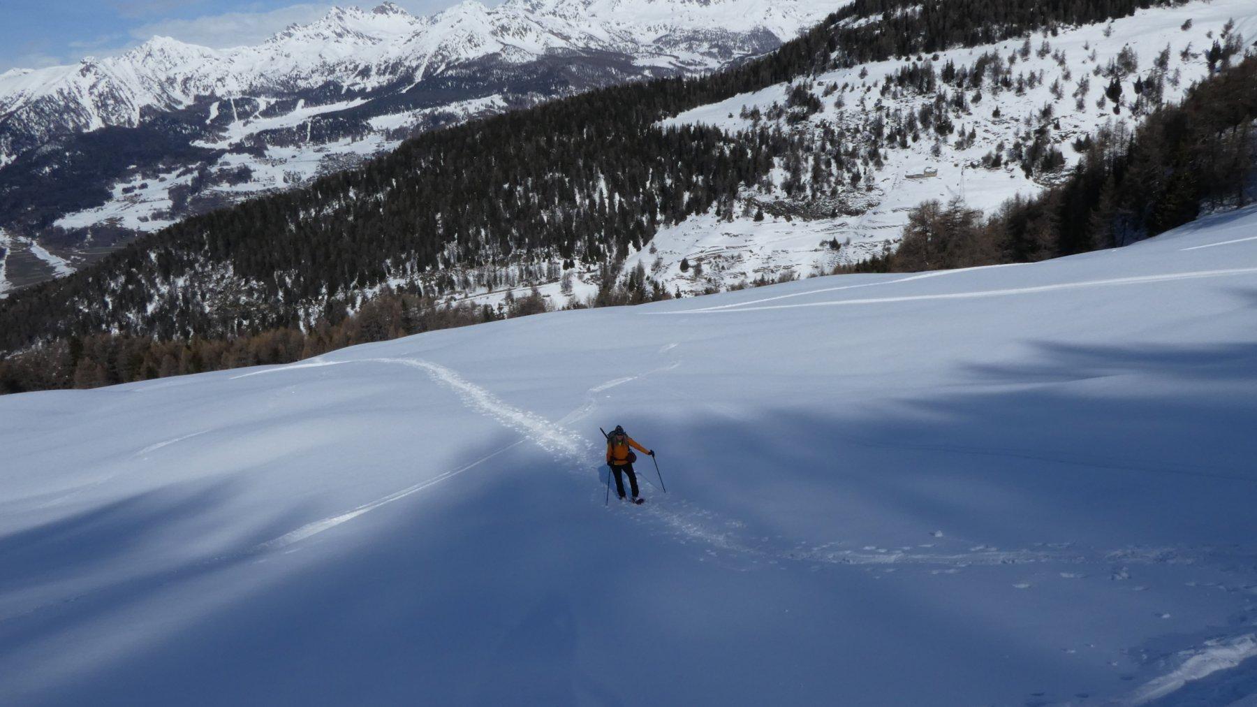 risalendo i docili pendii nevosi verso l'Alpe Franquin