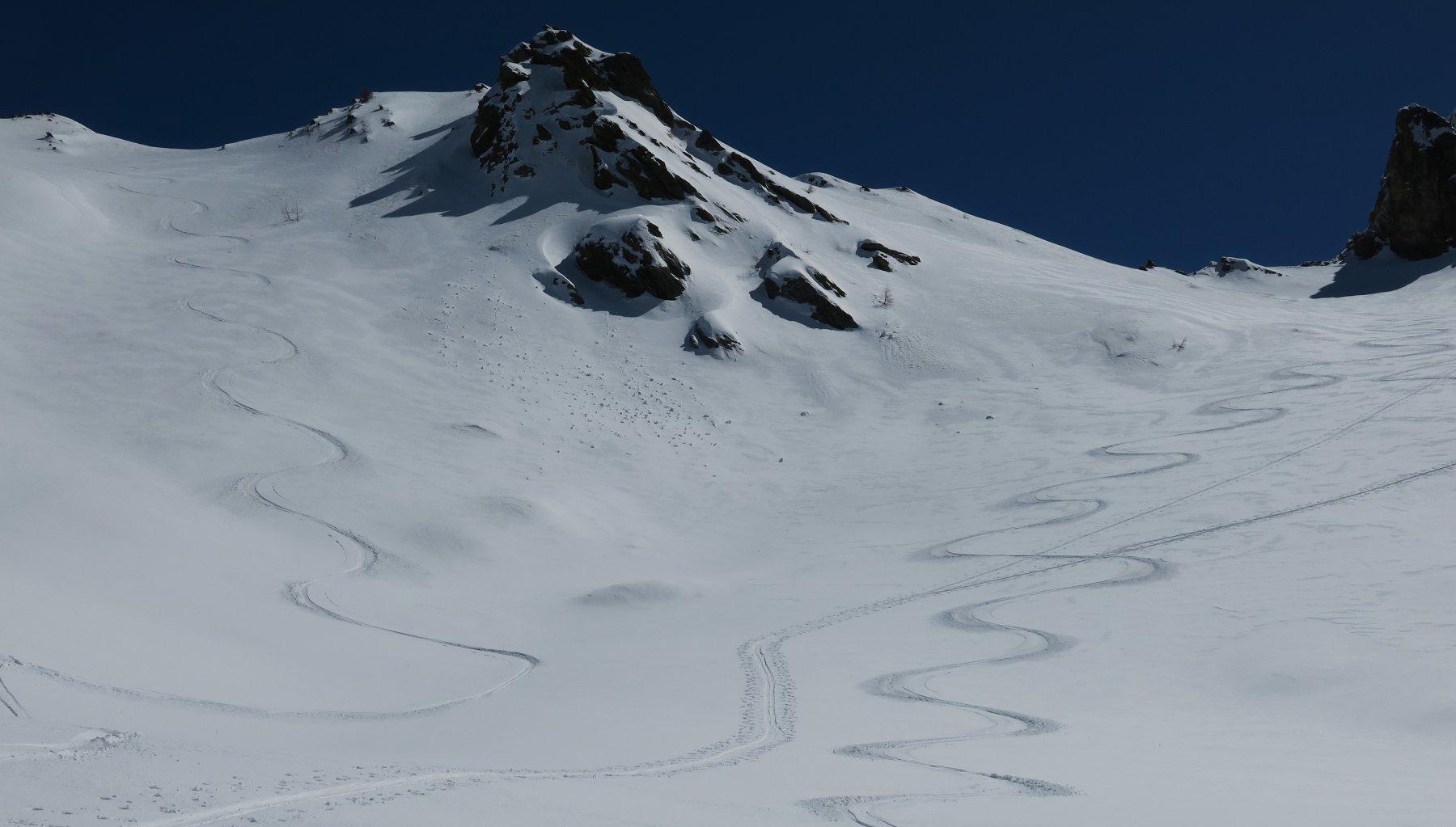 discesa dalla cresta su neve perfetta
