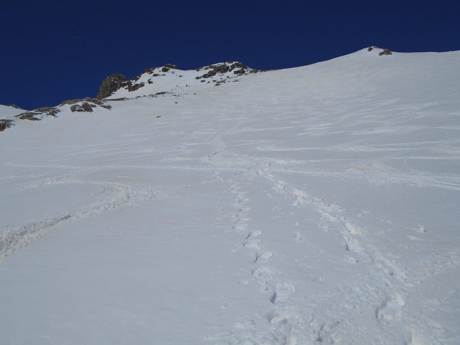 Discesa a dx sulle tracce degli sciatori