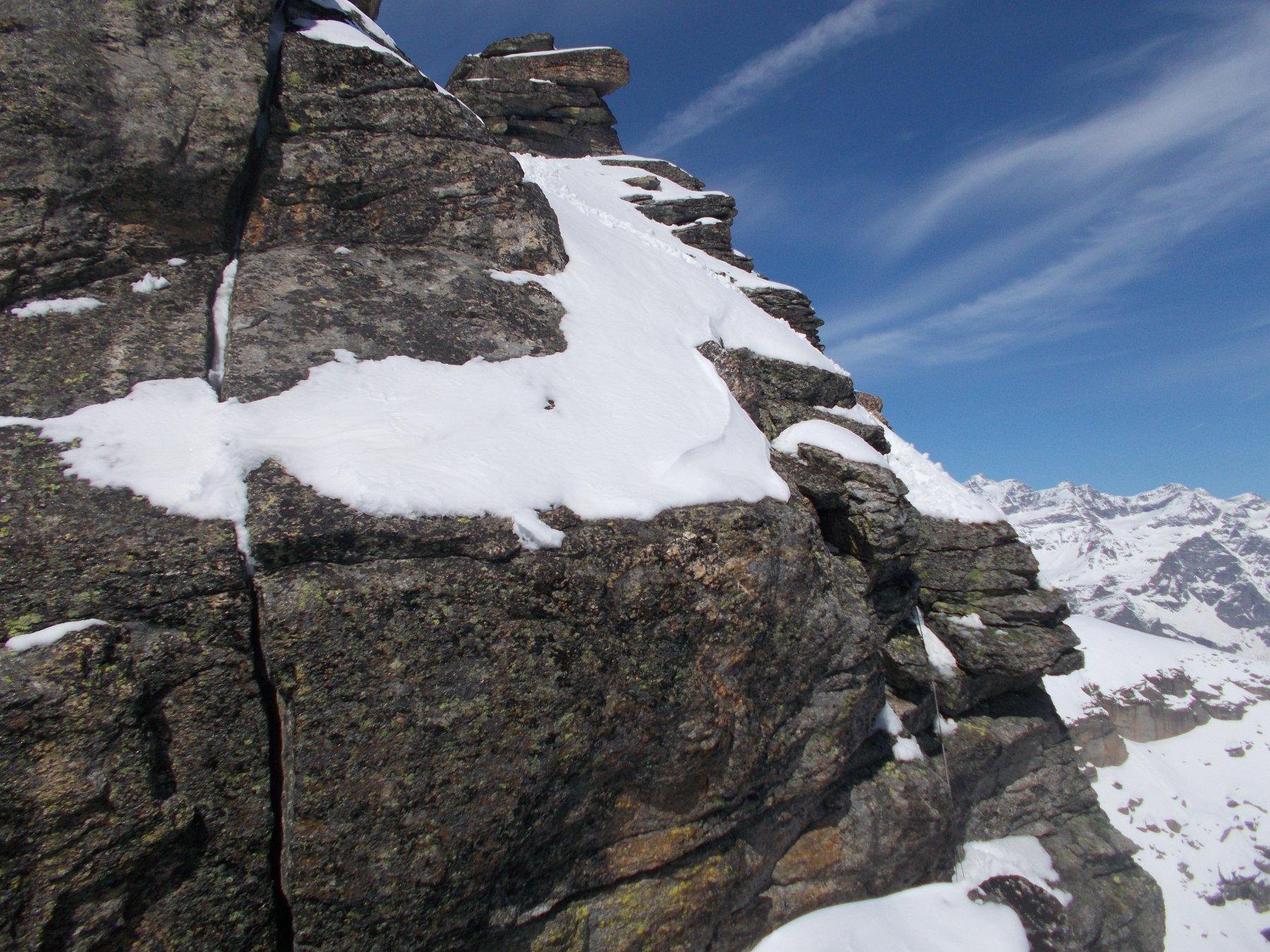 il salto finale dal colletto con corda visibile in corrispondenza della fessura verticale..