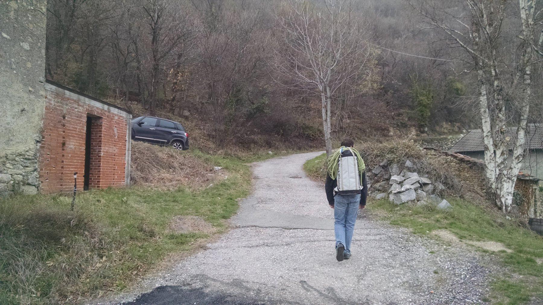 possibile parcheggio pochi metri dopo l'imbocco del sentiero