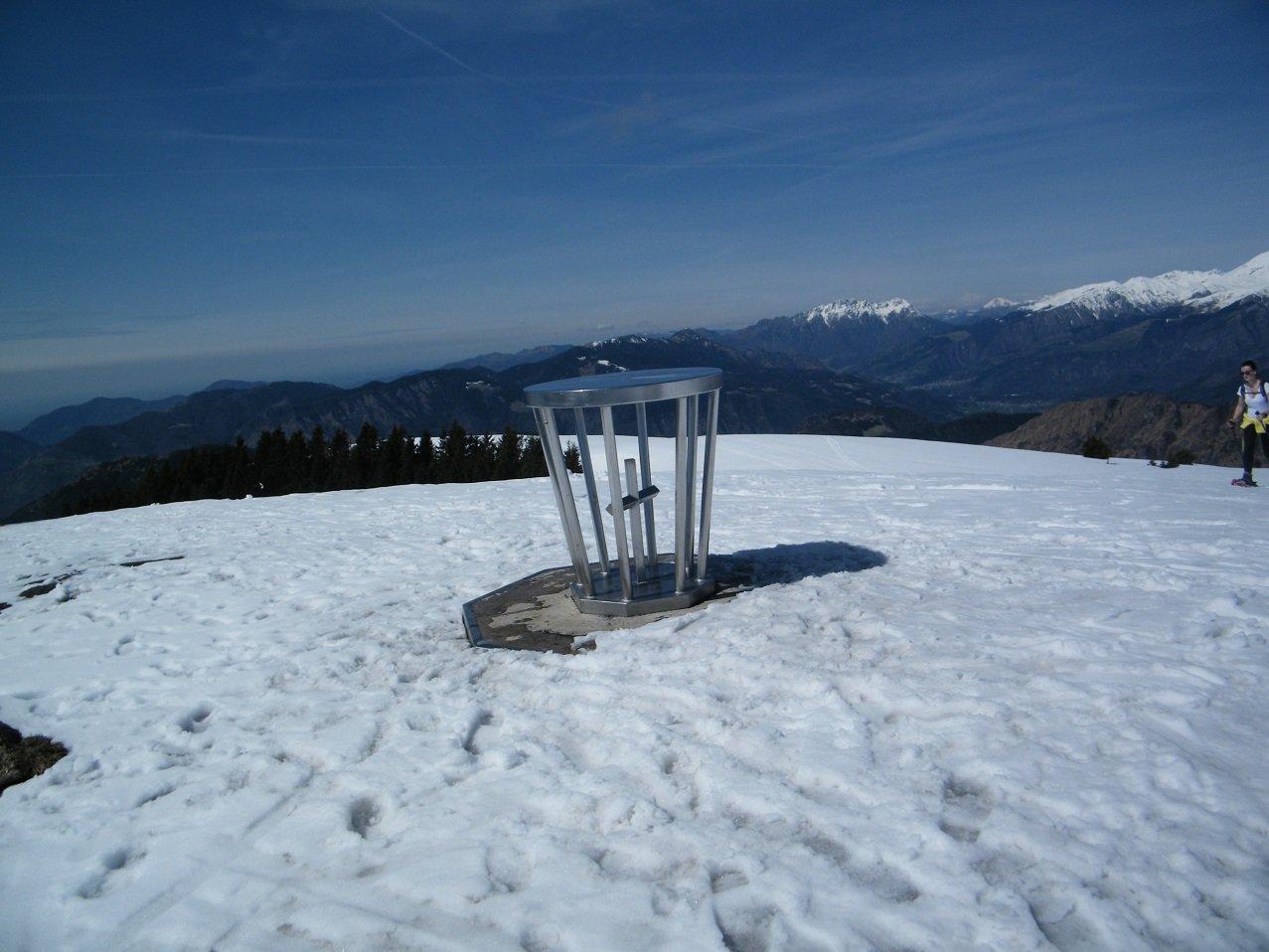 La tavola orientativa con la piccola croce sulla vetta del Monte Alto