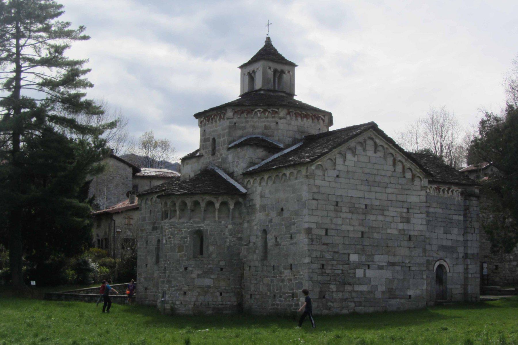 Chiesa romanica con battistero di San Giovanni Battista .