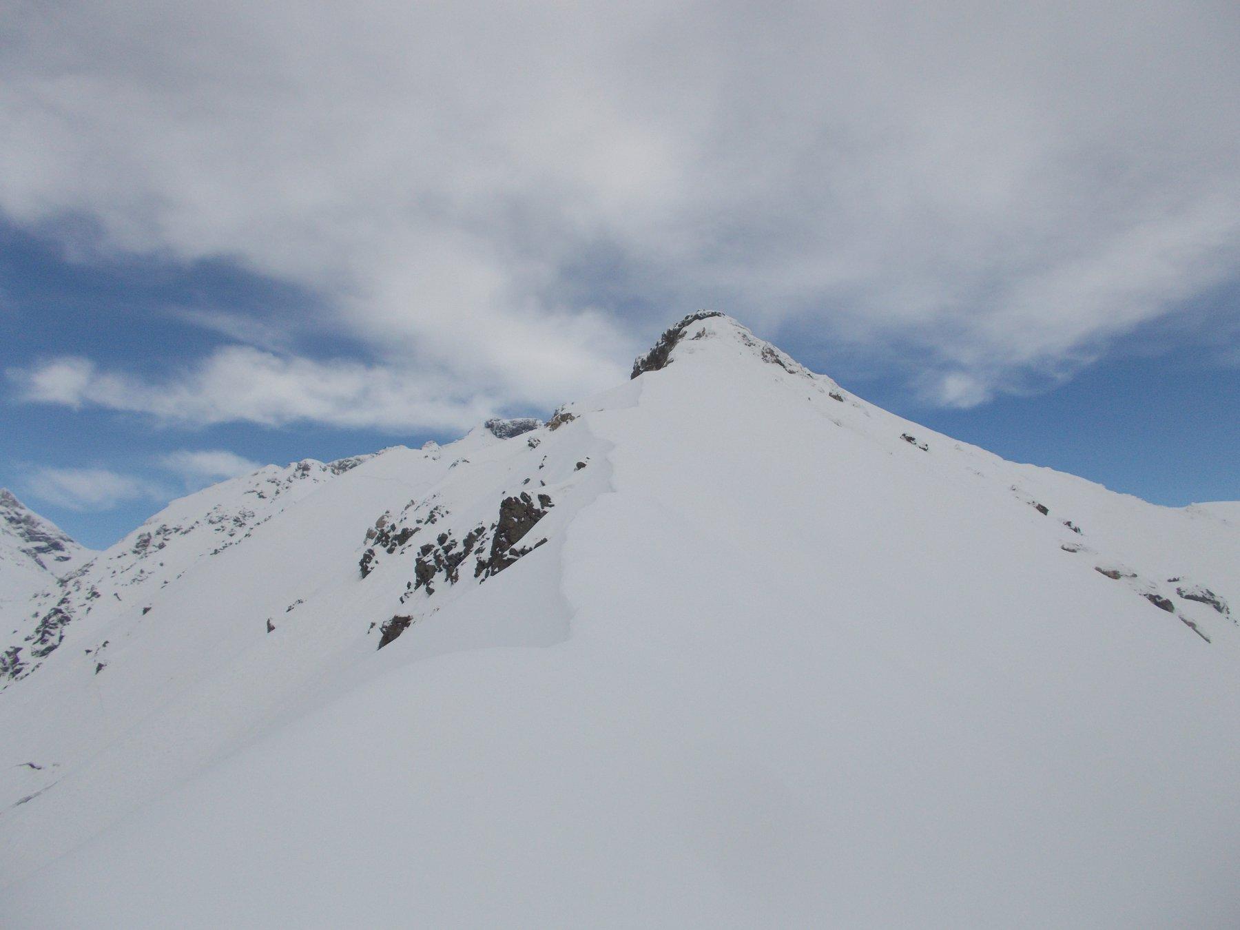 guadagnata la cresta sud salendo da est ora si vede bene la meta al fondo..