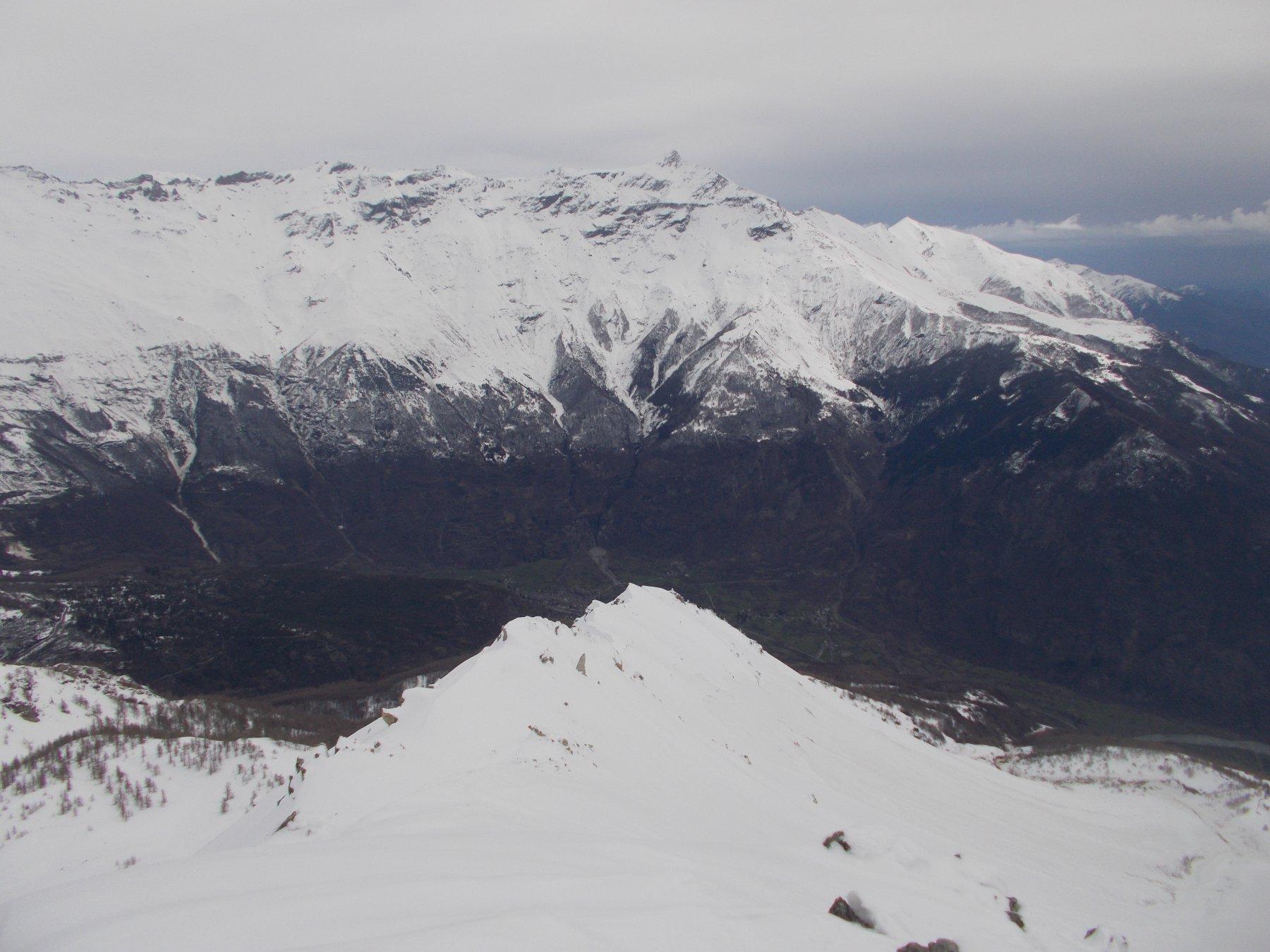 dalla vetta ..la cresta nord est di discesa..con il Rocciamelone di fronte..