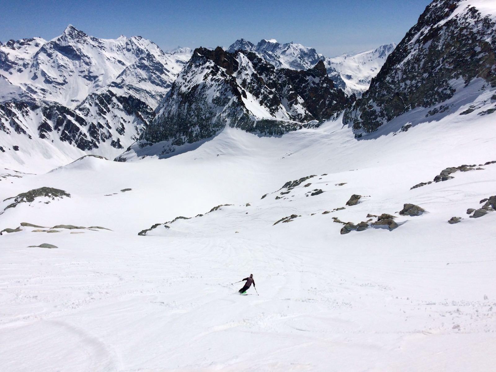 Discesa spettacolare su neve primaverile vellutata