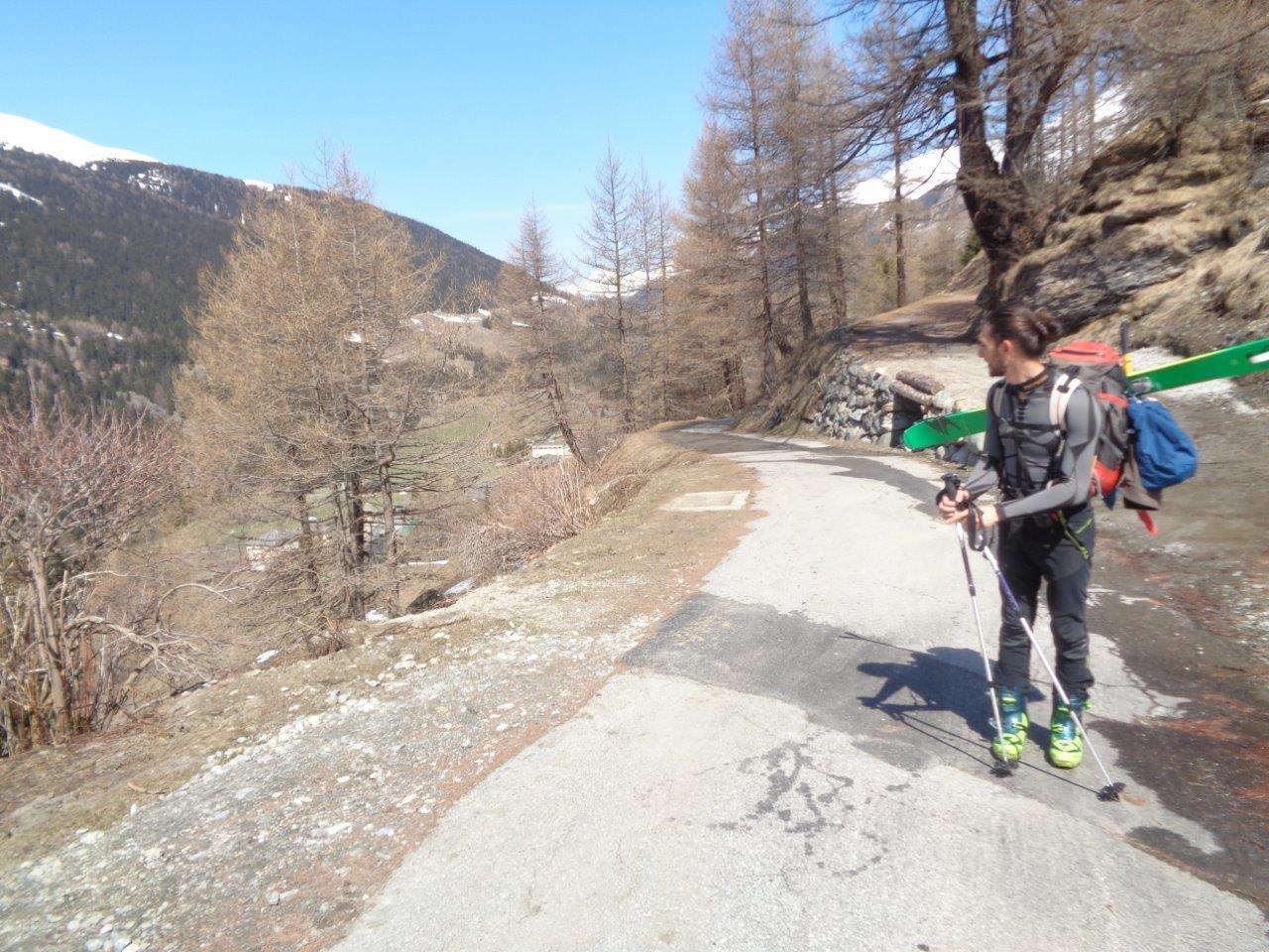 Mettiamo gli sci a quota 1700. Da Bourg dopo mezz'oretta a piedi.