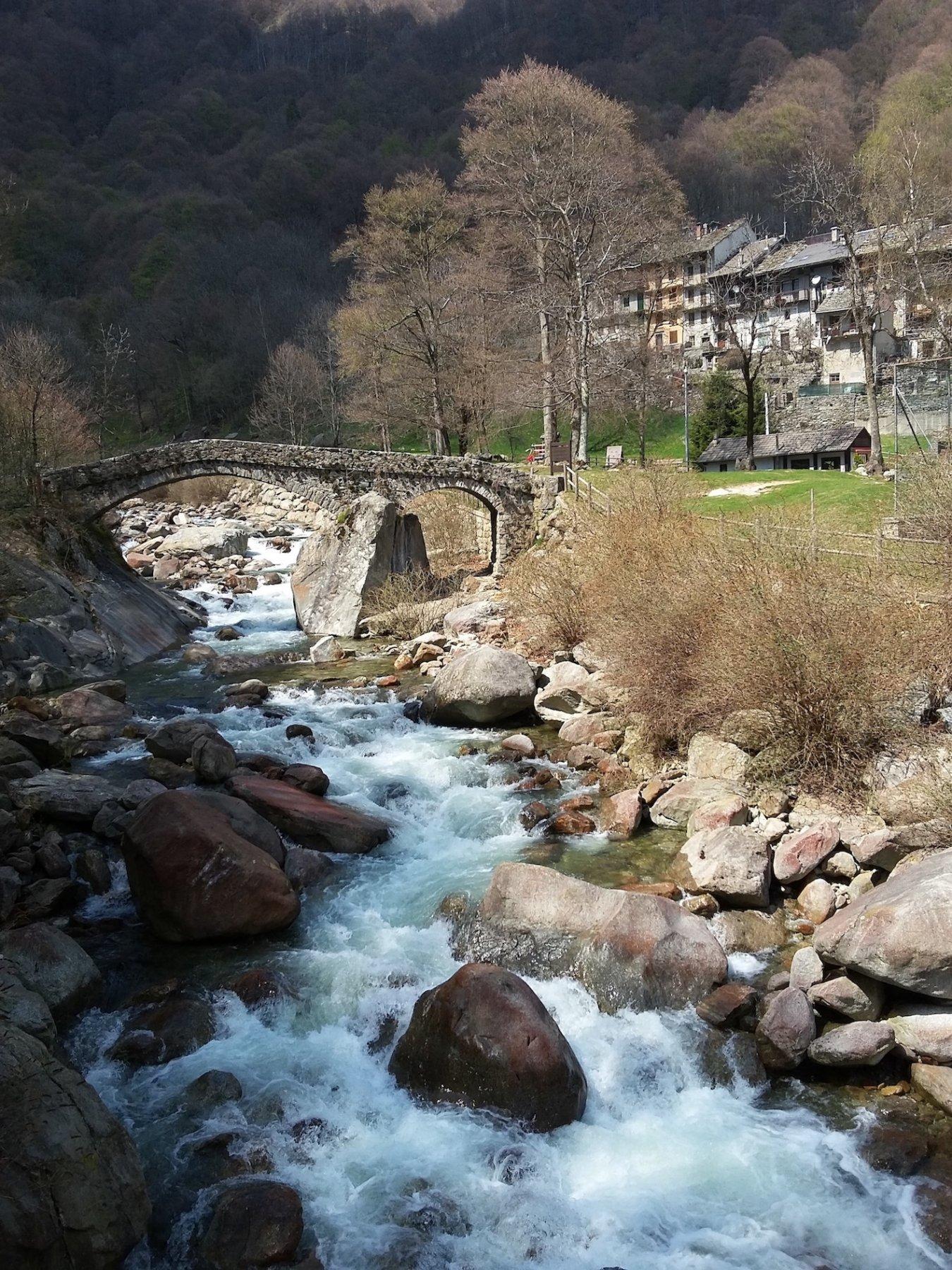 Il bel ponte di partenza a Piedicavallo
