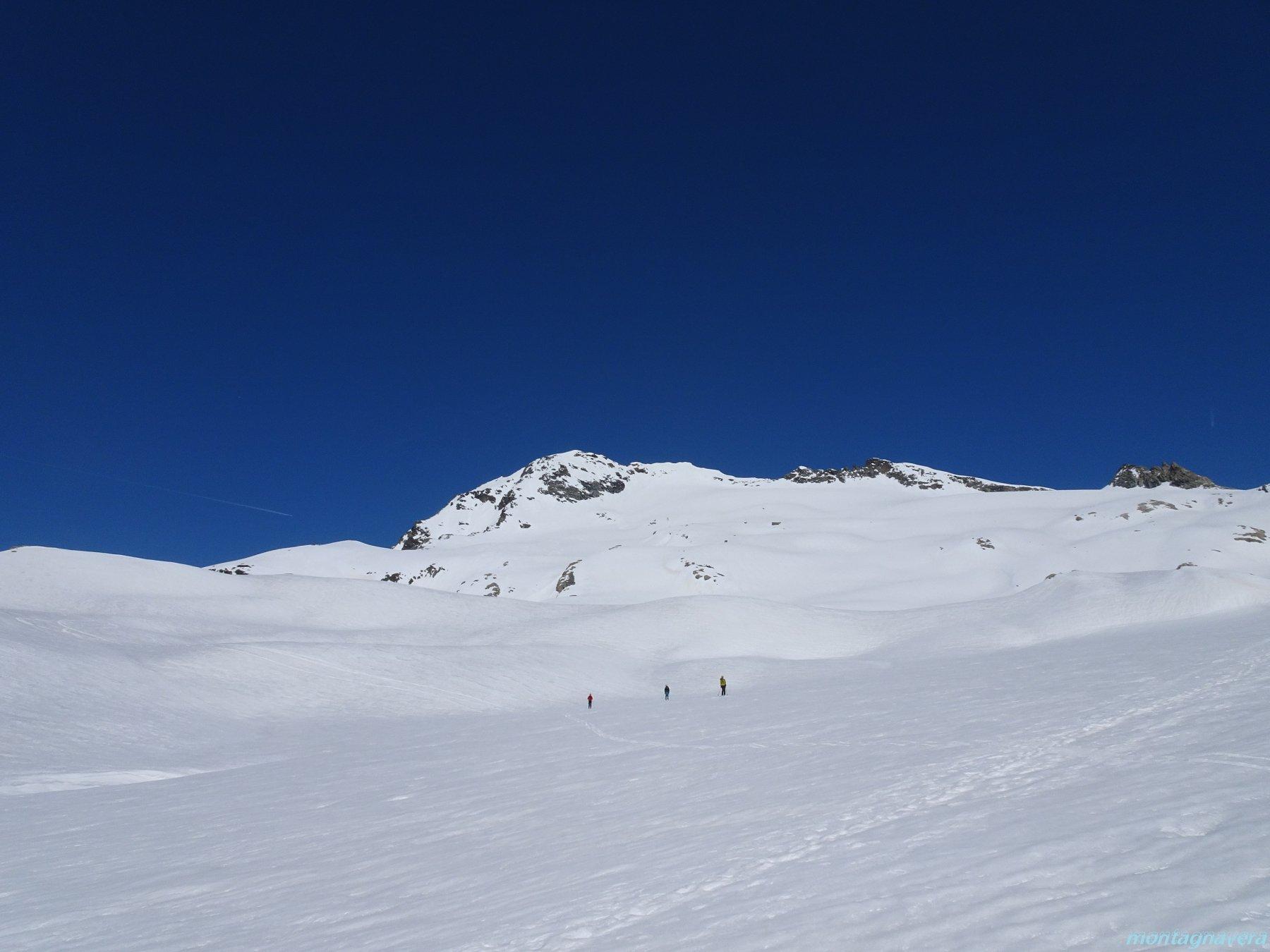 ora finiscono le belle pendenze e si scivola giù per il ghiacciaio