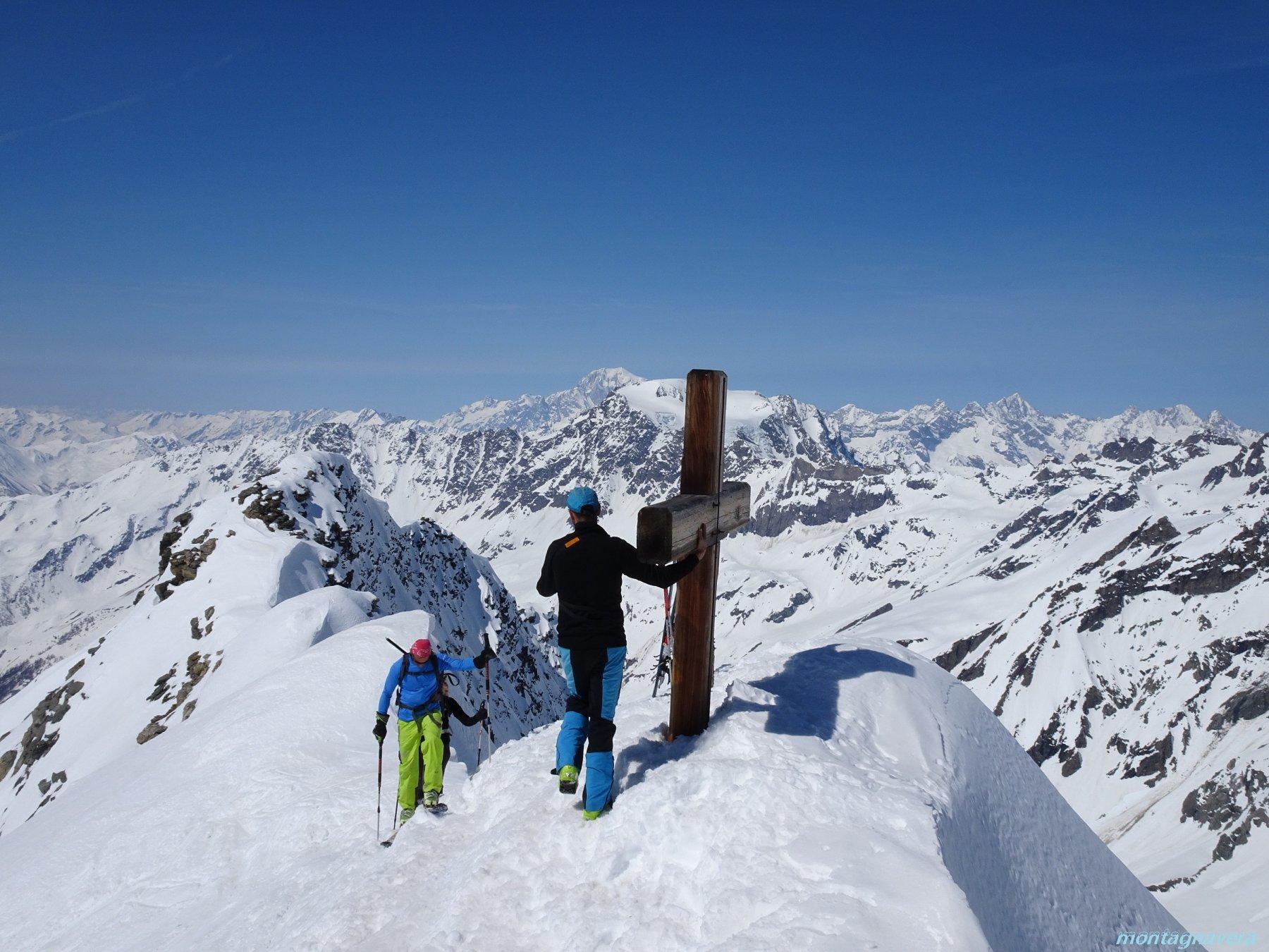 arrivo in vetta sullo sfondo il Monte Bianco