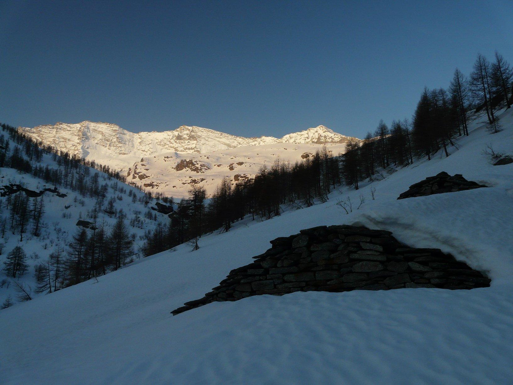Le baite dell'Alpe le RIve sbucano appena dalla neve