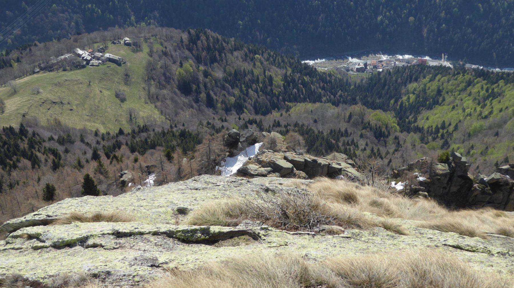 Dalla vetta, vista sul borgo Nivolastro ed il centro di Ronco Canavese