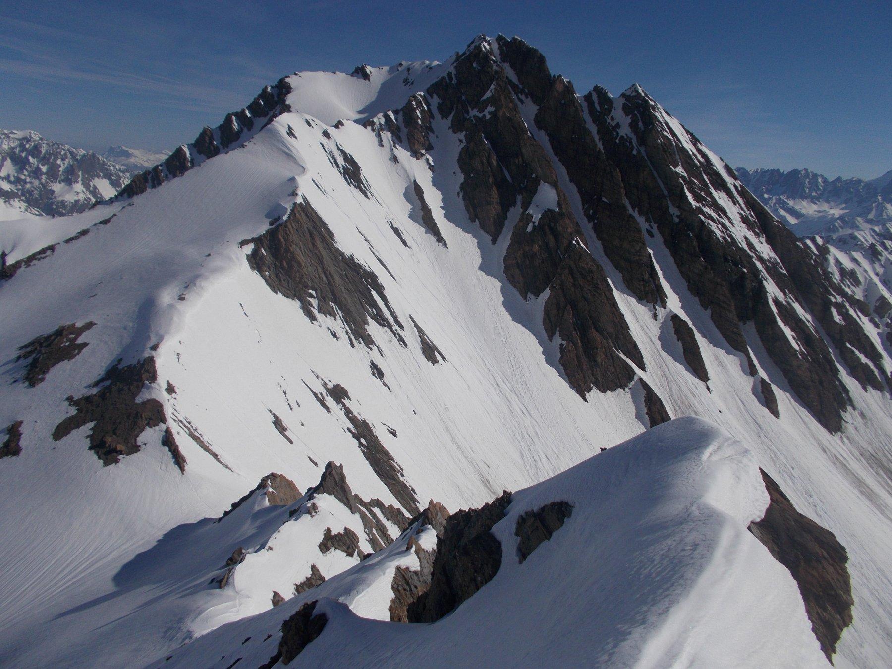 dalla vetta la cresta nord di discesa ancora tutta in neve..e il Piccolo Golliaz a dar un senso di profondita' al tutto..