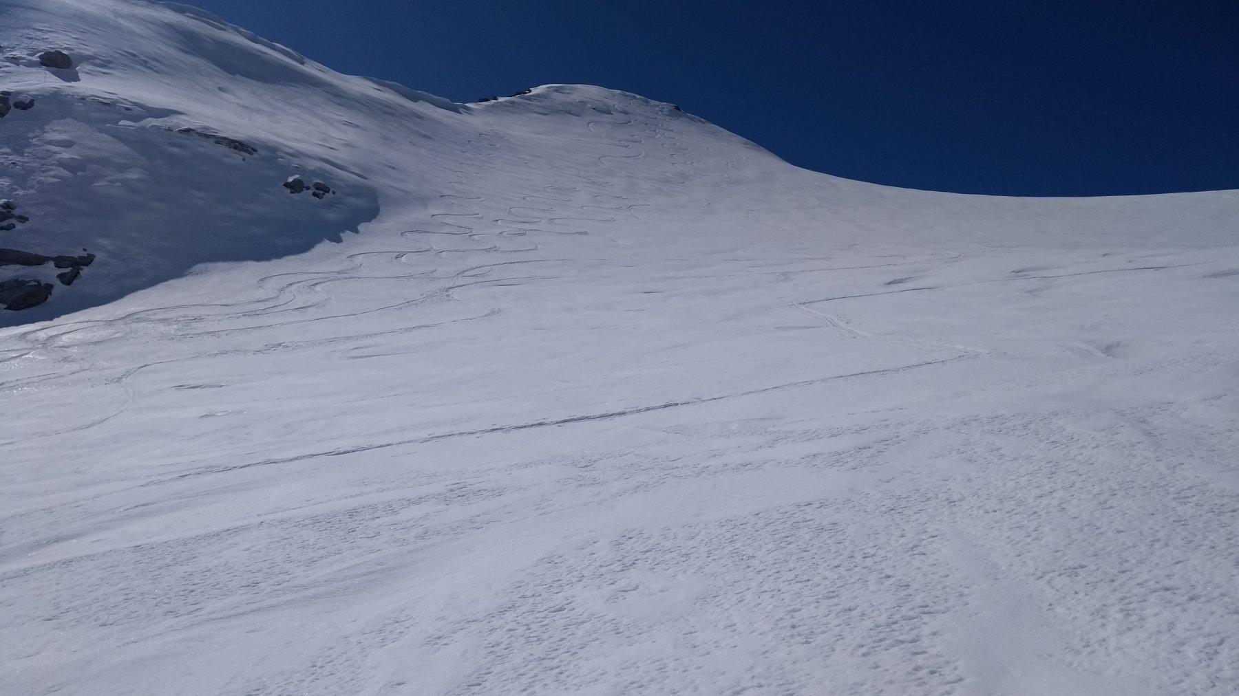 ancora un po' di neve fresca sotto la cima