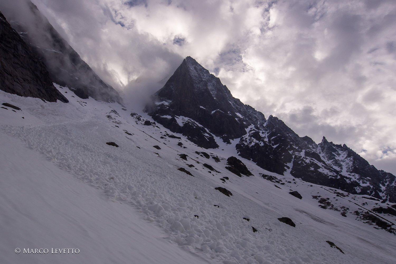Il Becco di Valsoera appare fugacemente tra le nuvole durante la breve, temporanea schiarita