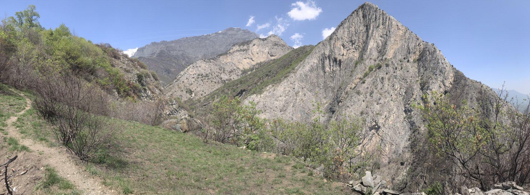 Si intravede il Rocciamelone, dalle cui nevi si originana il torrente che ha scavato l'orrido stesso