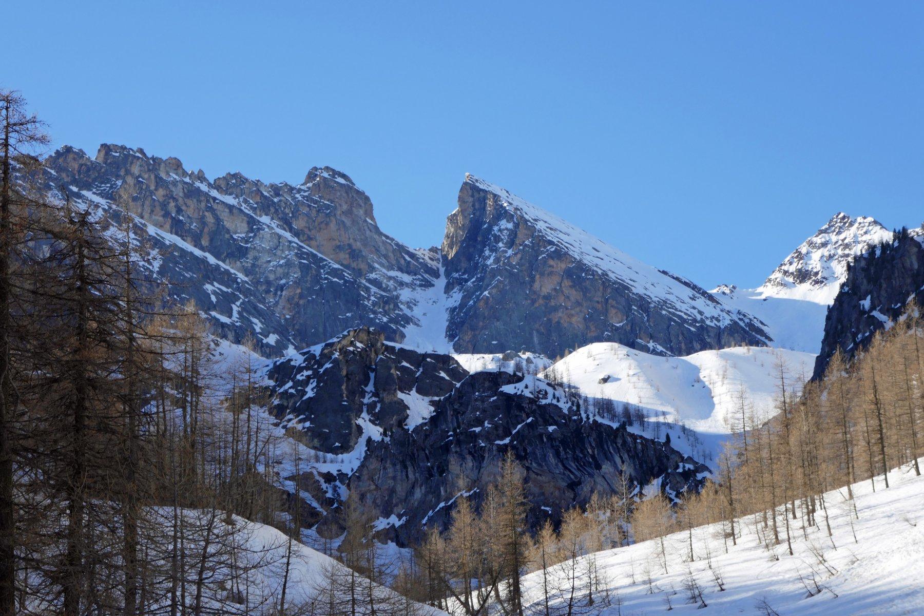 Salendo bella vista su Rocca Gialeo, canalino omonimo e Pic delle Sagneres