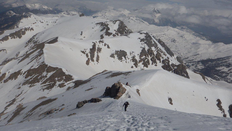 Lasciati gli sci si prosegue a piedi in cima