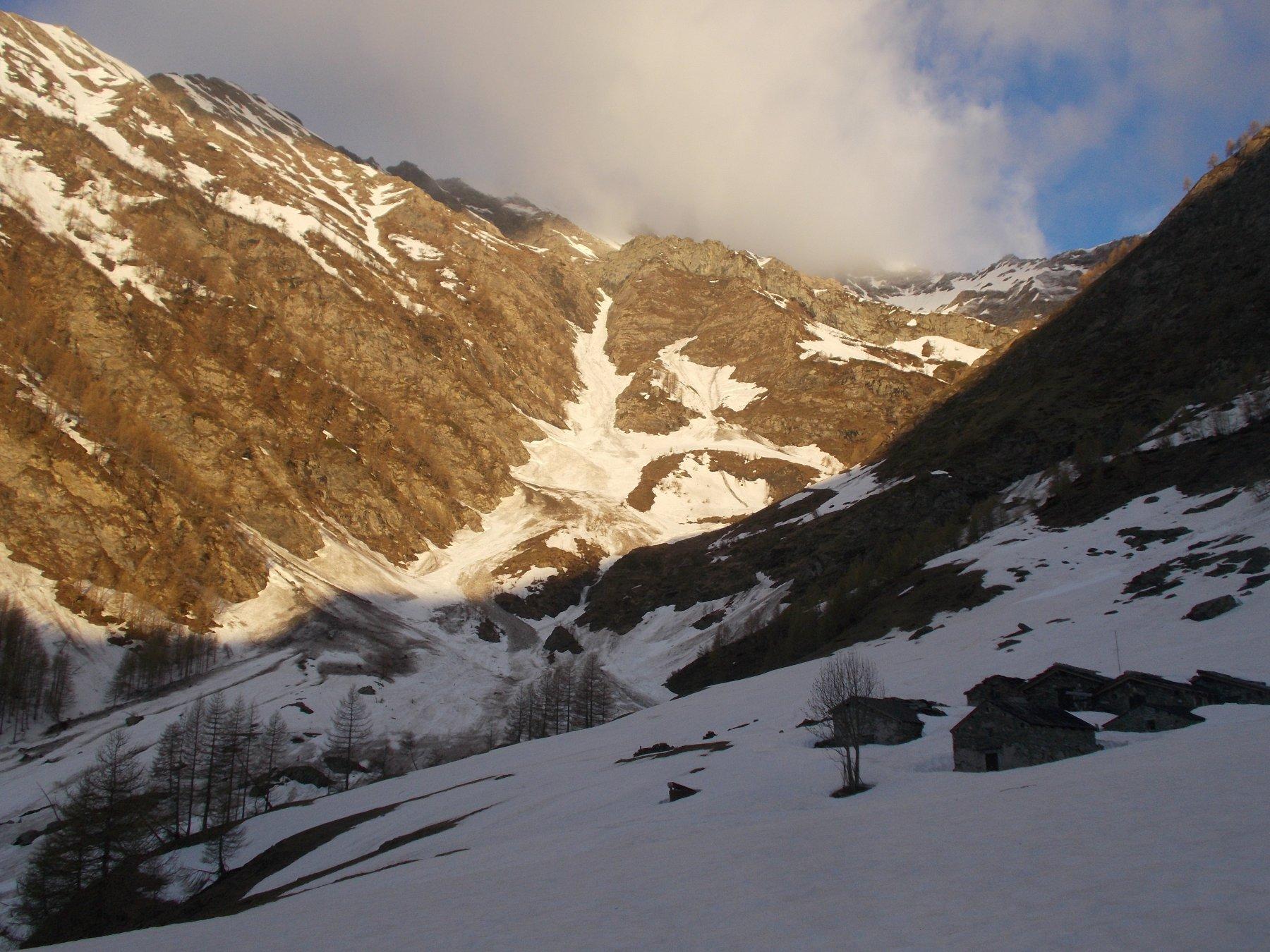 il canale dall'Alpe Crosenna..gia' al sole..ma l'aria e' fredda..