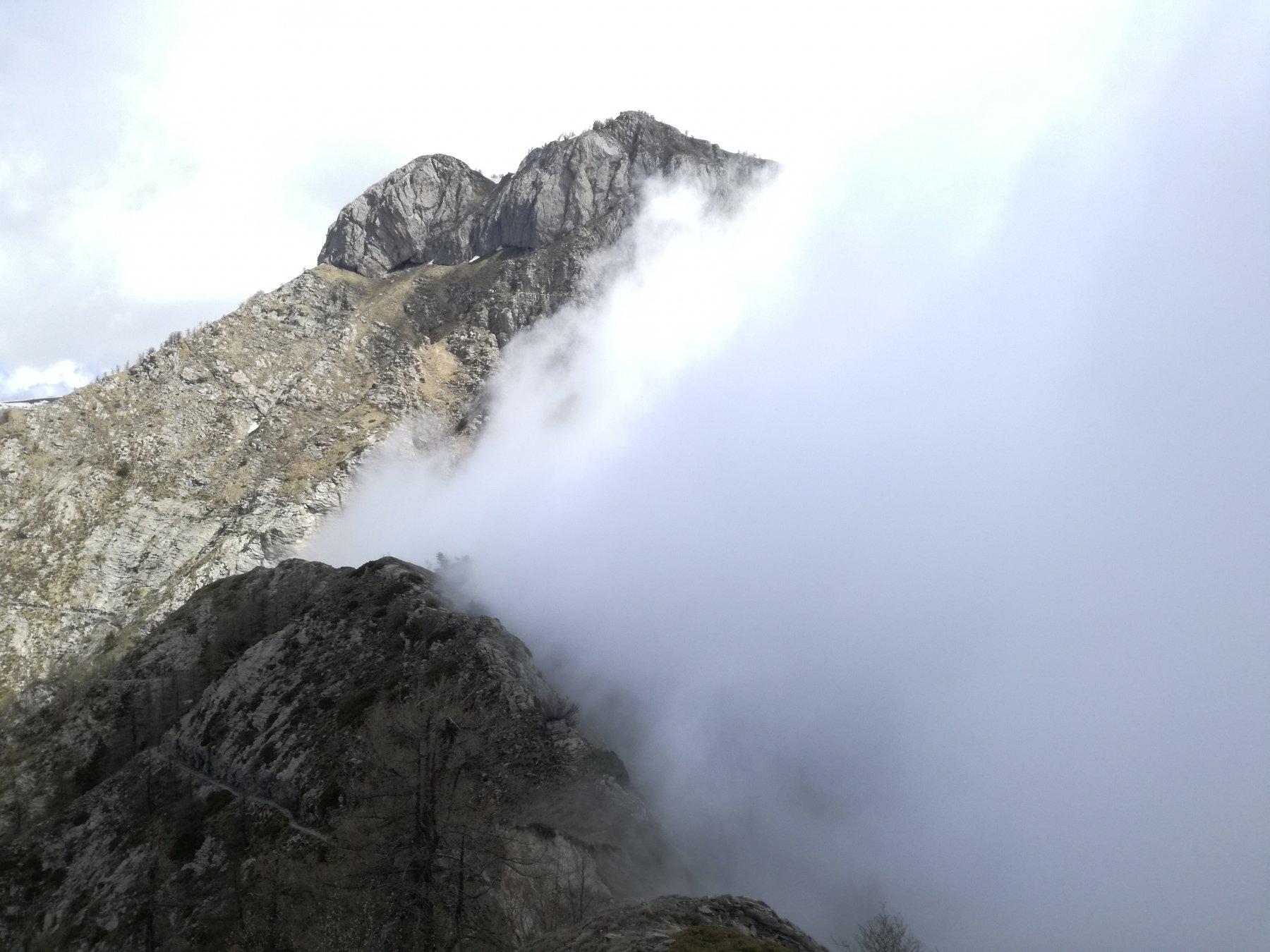 Un tratto di cresta percorso e, sullo sfondo, il Monte Pietravecchia