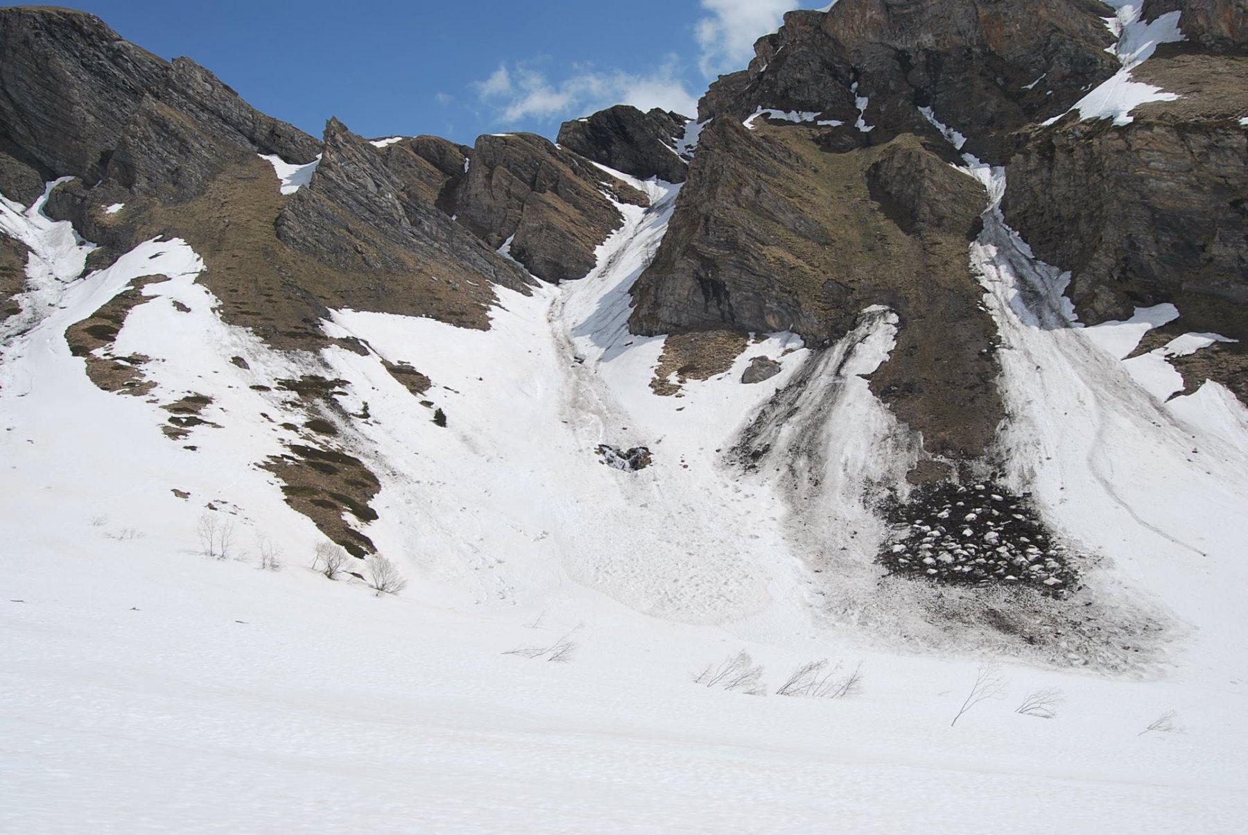 Alla base del canalone dove corre il sentiero che sale all'alpeggio.