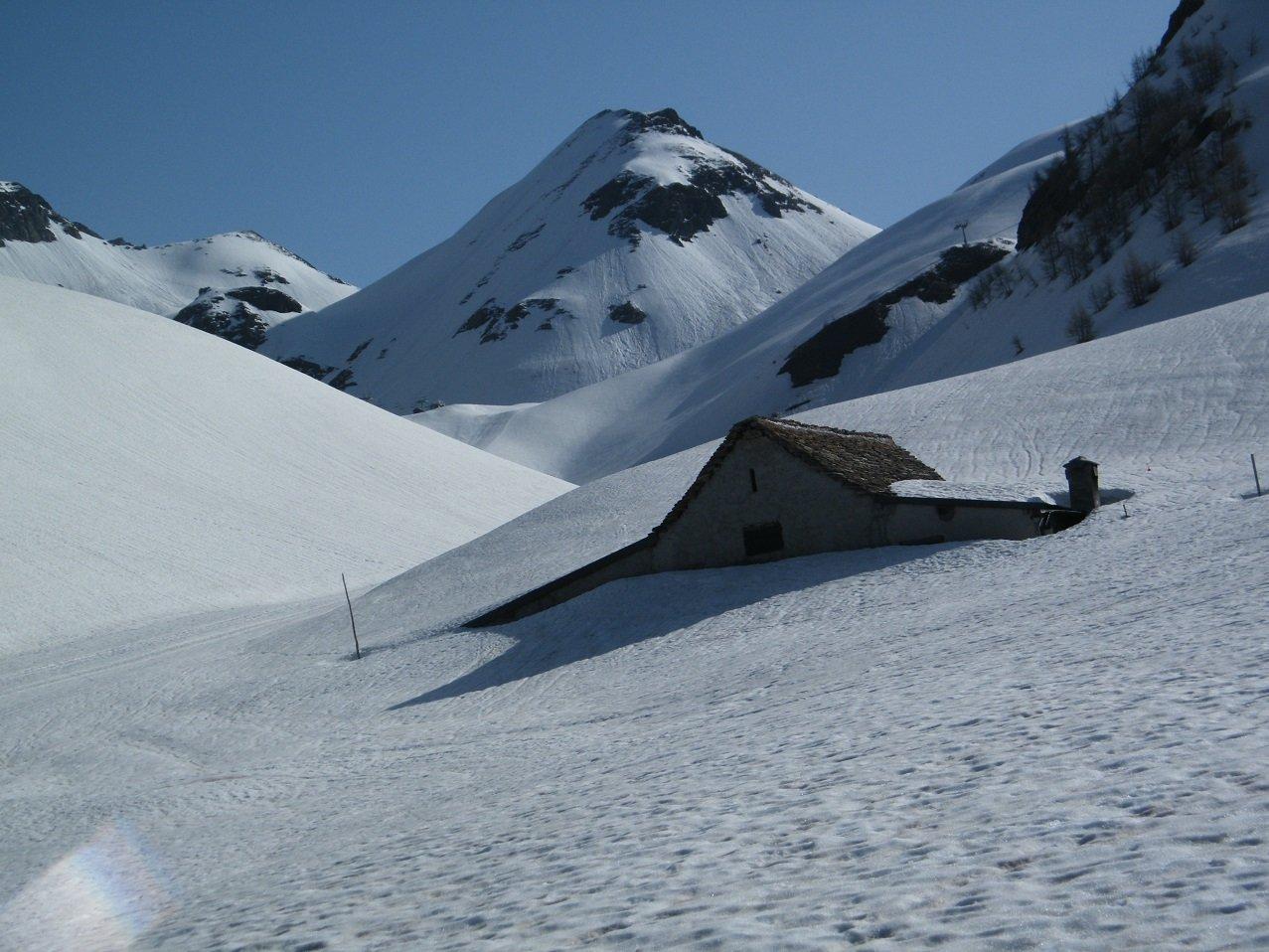 Nei pressi dell'Alpe Ciamporino. Al centro il Pizzo della Sella.