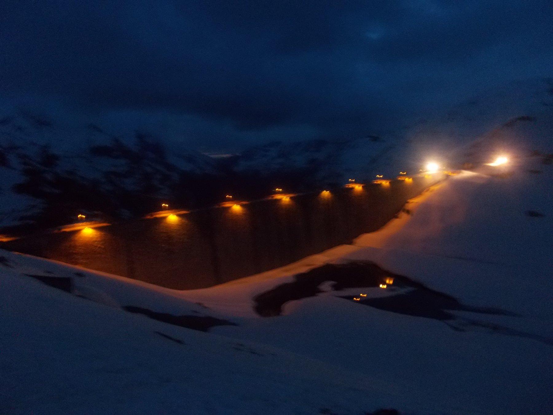 anche il muro della diga..illuminato a giorno..
