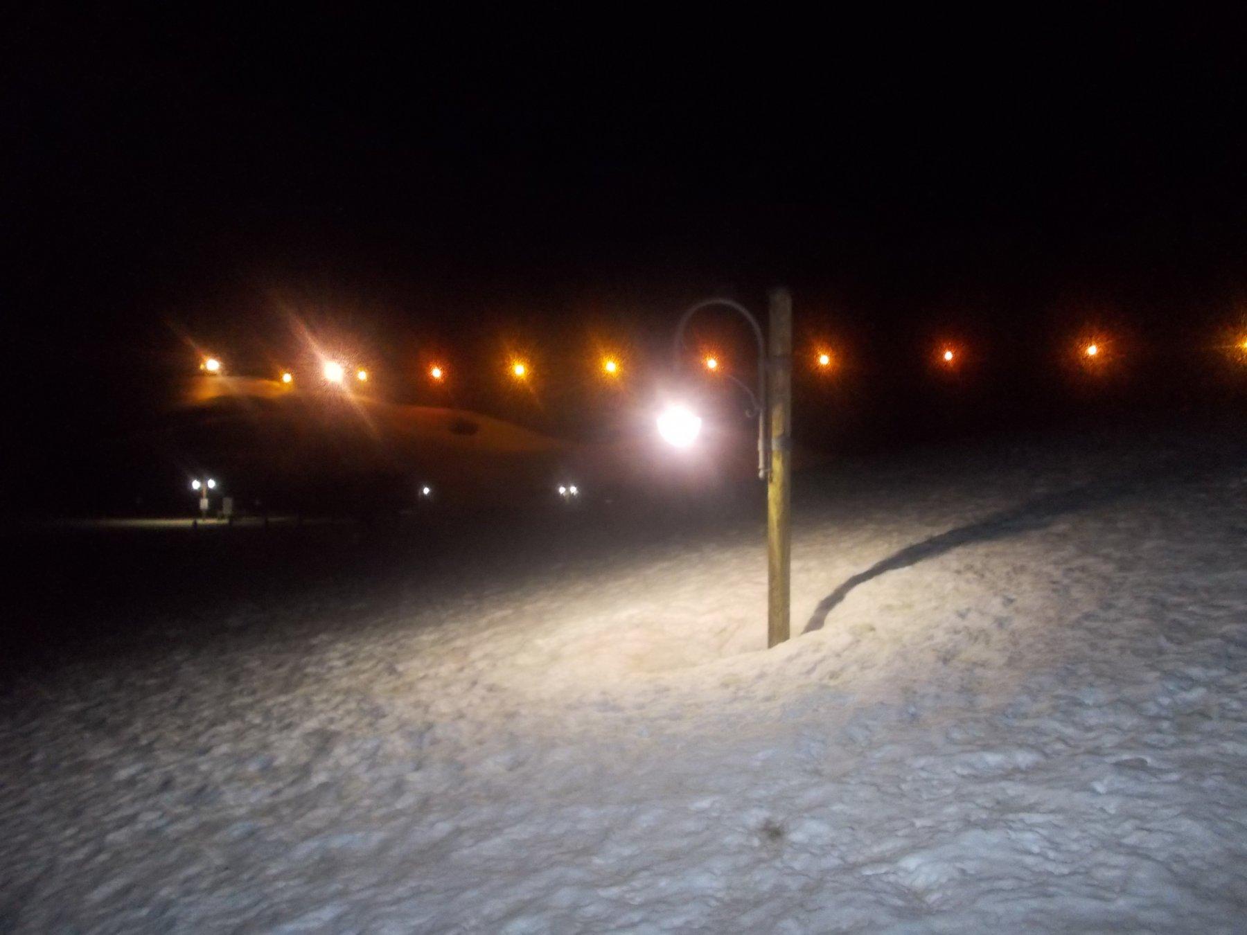 al Seru' lampioni accesi come in citta''..qui pero' tanta neve ancora..