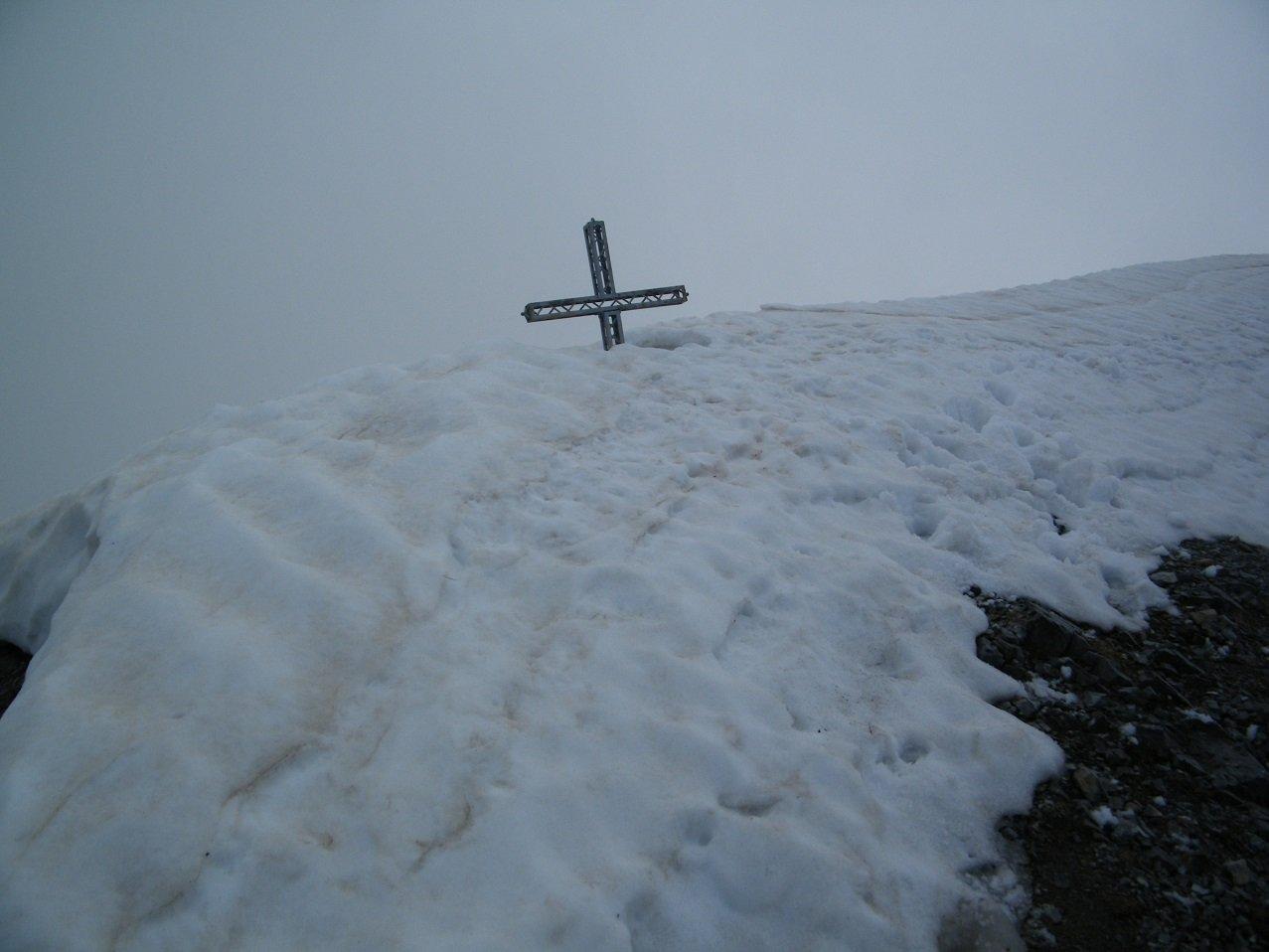 La croce di vetta ancora semisepolta.