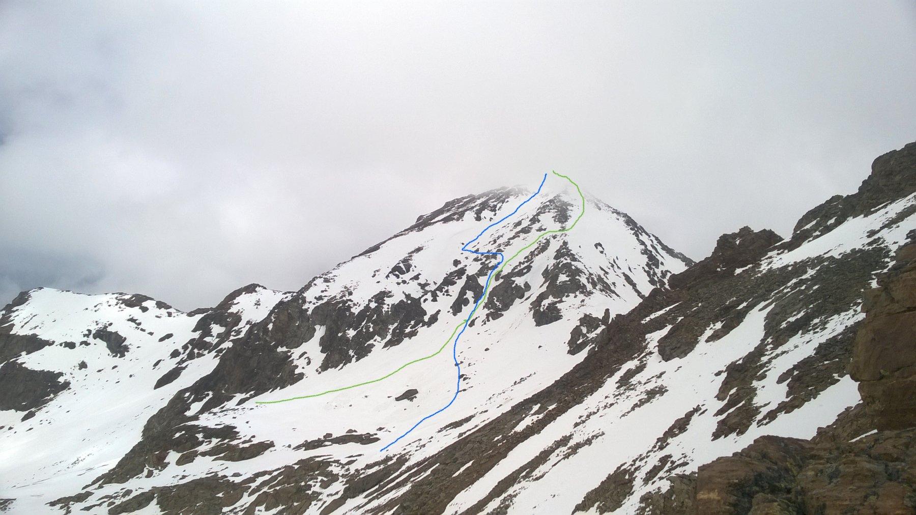 Il versante sud-sudest ripreso dal col d'Arbole. Verde salita, blu discesa. A dx il colle tre Cappuccini.