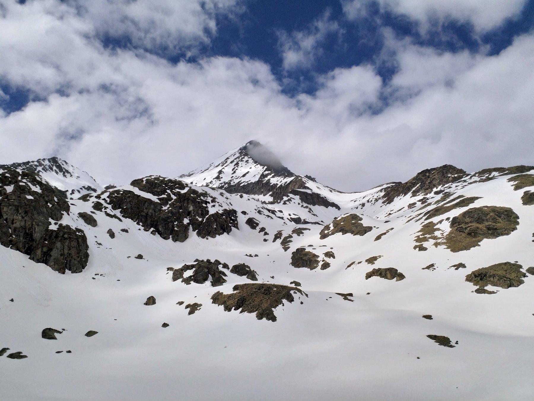 Dai pressi del lac Long, l'Emilius sembra quasi un vulcano oggi