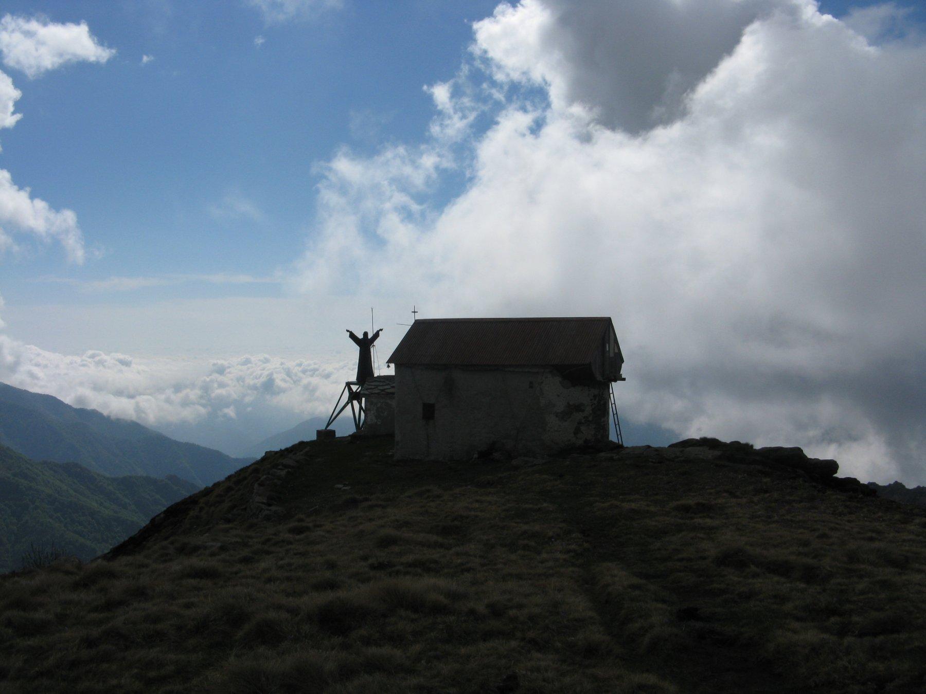 Bivacco Blessent con la statua del Cristo Redentore