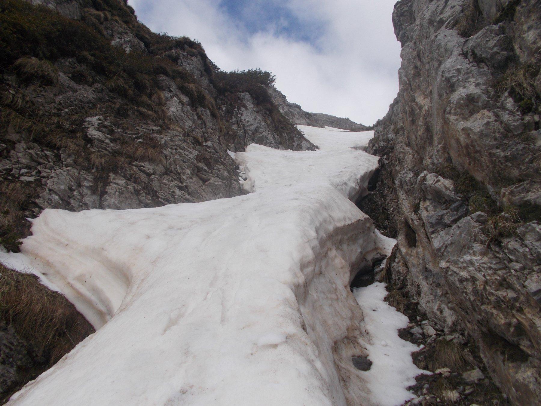 nella strozzatura..una corposa lingua di neve resiste ancora..