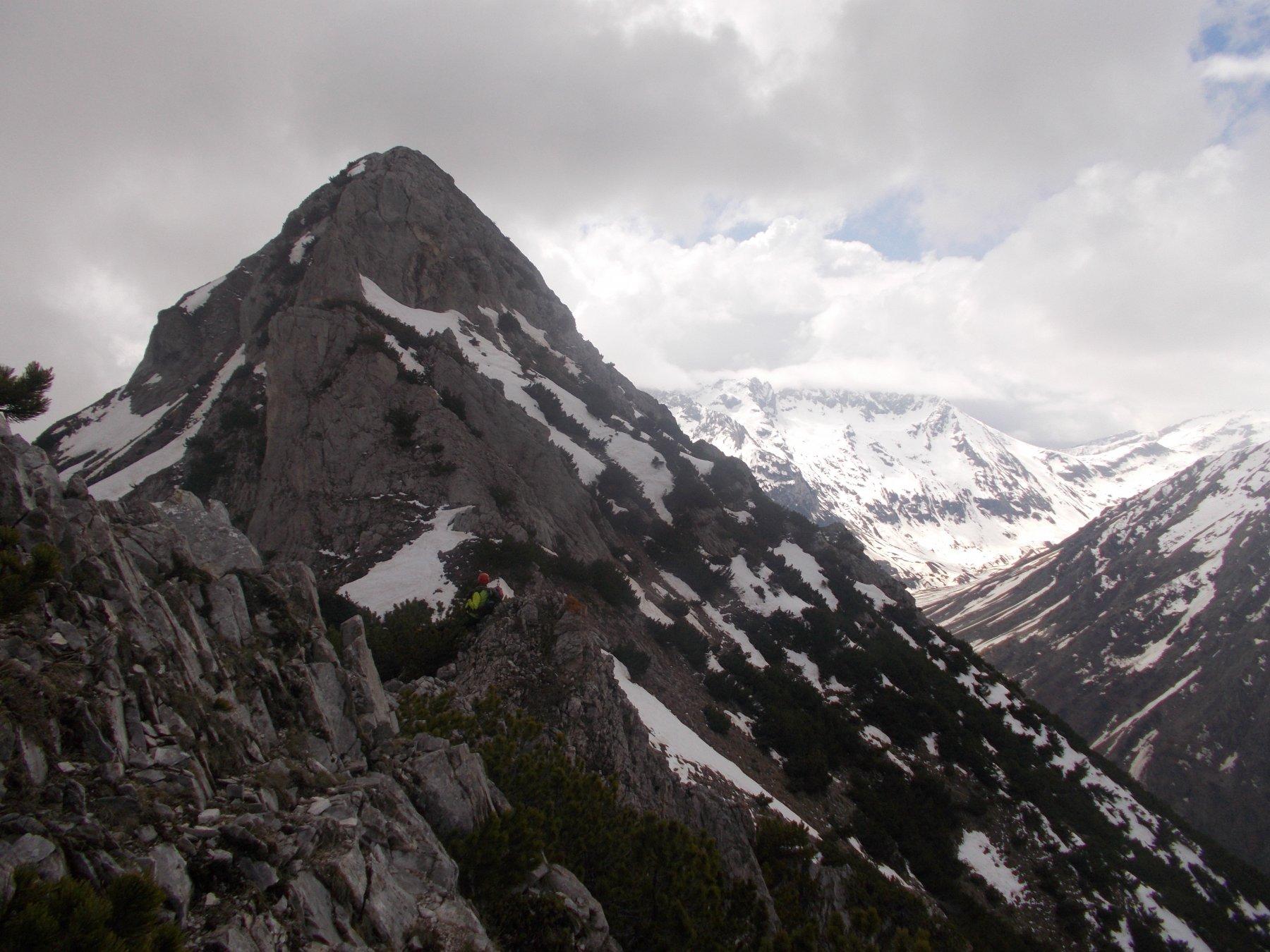 l'accidentata e affatto banale tratto di cresta che dalla Garbella porta a riprendere il gta in direzione nord..